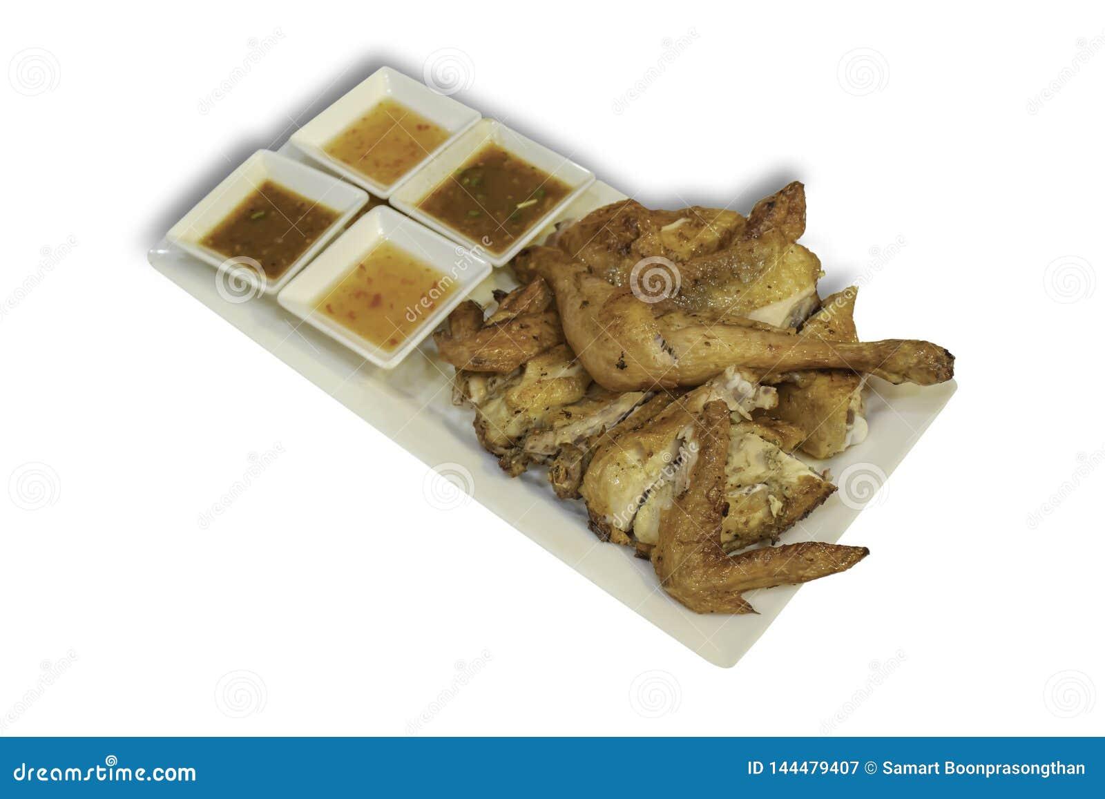 Lokalisiertes gegrilltes Huhn mit Gewürzen im Teller auf einem weißen Hintergrund mit Beschneidungspfad