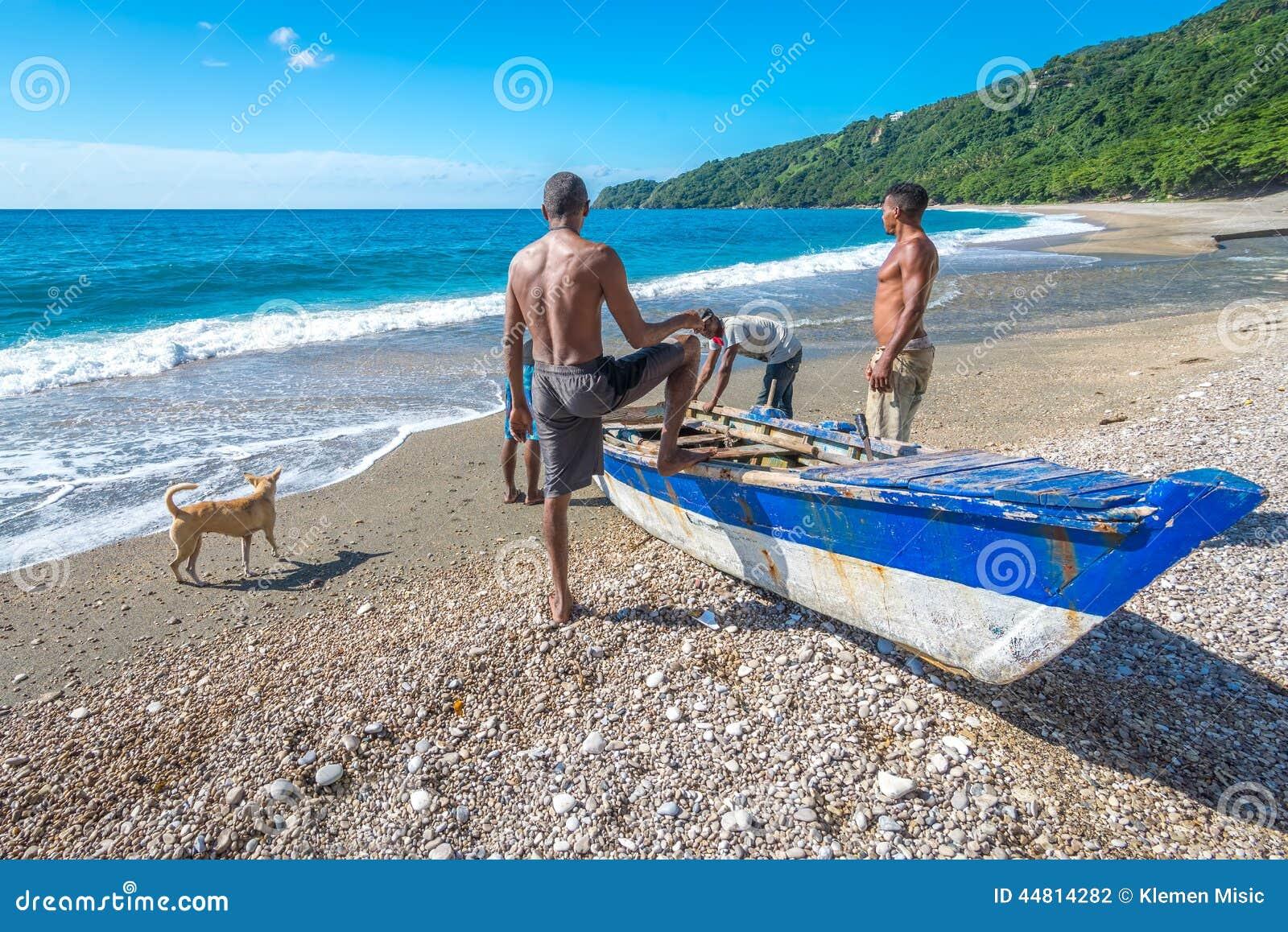 Lokalni rybacy na Playa San Rafael, Barahona, republika dominikańska przygotowywa ich łódź dla łowić
