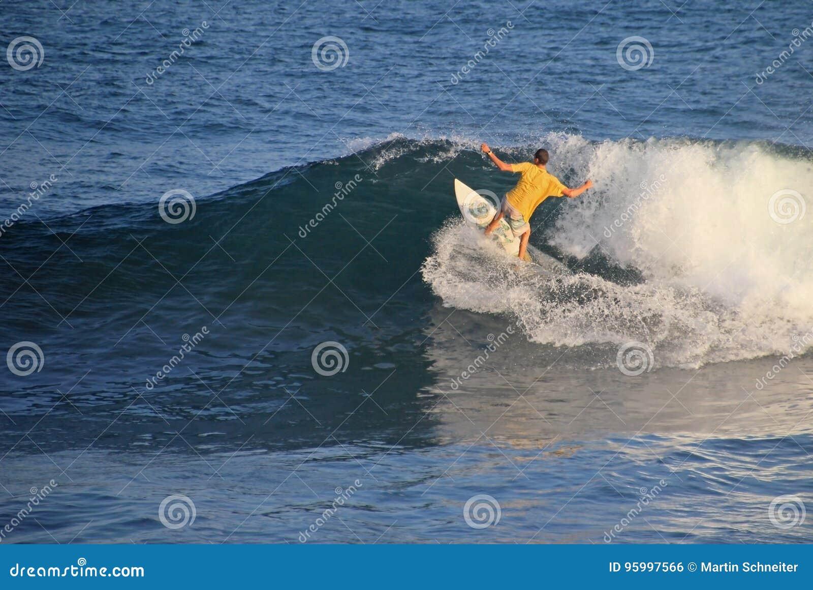 Lokalny surfingowiec w fala, El Zonte plaża, Salwador