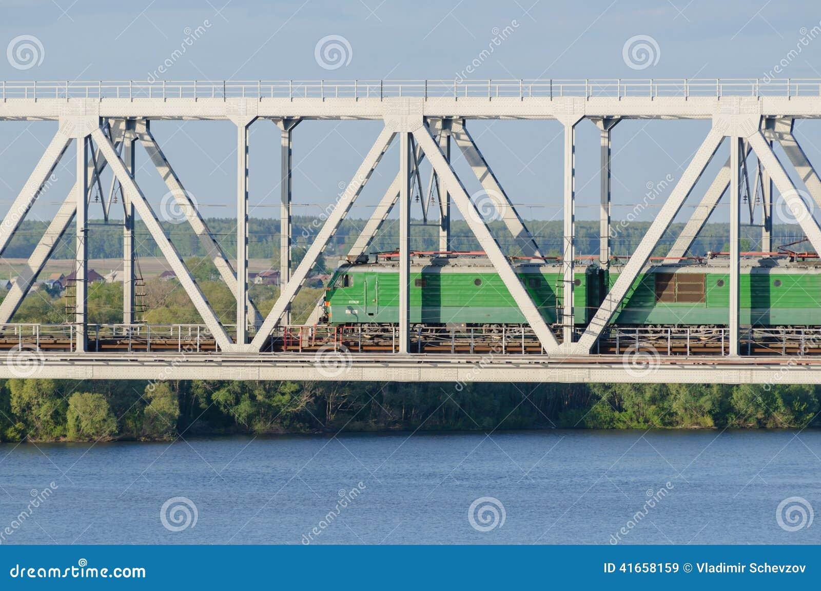 Lokomotiv пропуская мост над рекой в лете