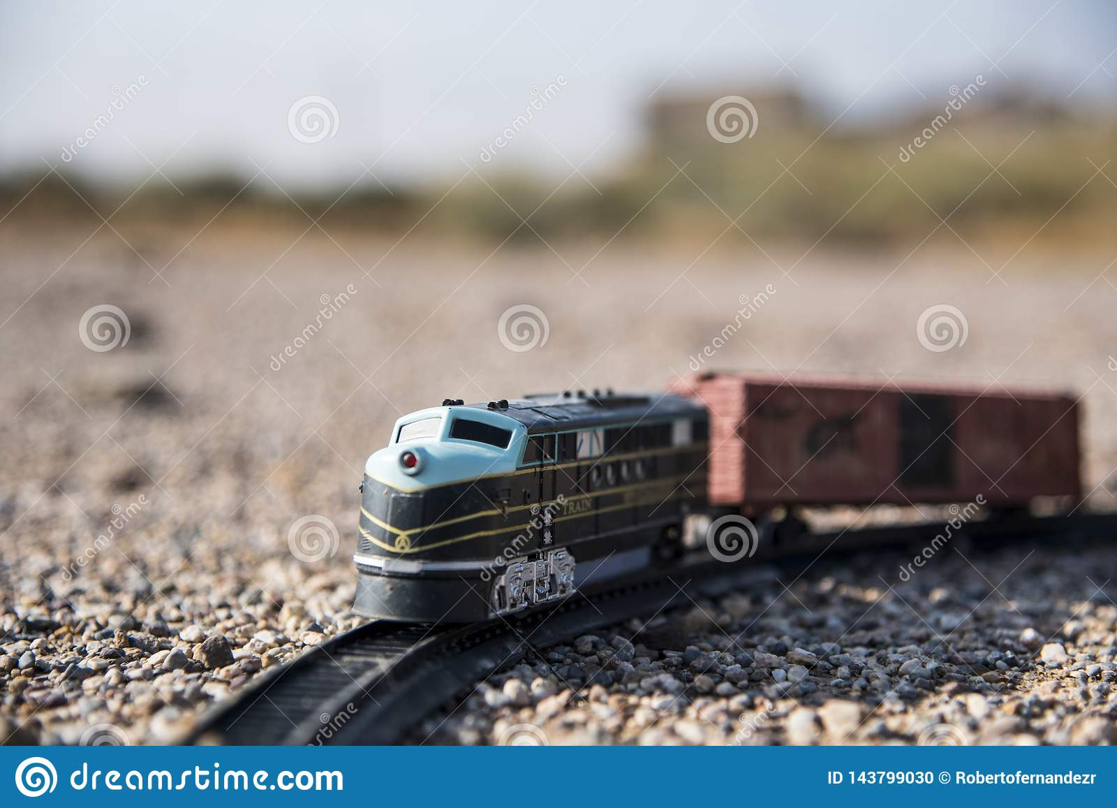 Lokomotiv- und Spielzeugzuglastwagen verlassen auf dem Gebiet