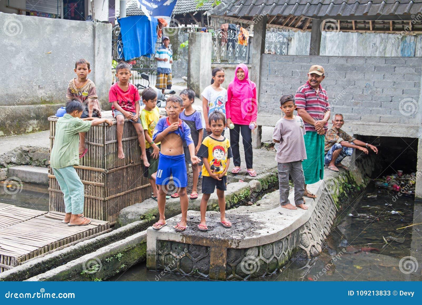 LOMBOK, INDONÉSIA - 30 DE DEZEMBRO DE 2016: Crianças que jogam fora