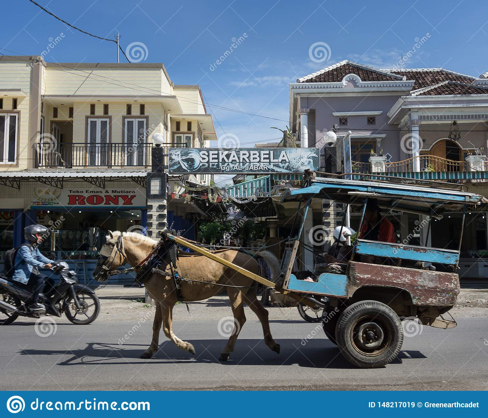 LOMBOK/INDONESIA- 9 DE ENERO DE 2018: viajes traídos por caballo tradicionales de un carro en Sekarbela A diferencia en de Bali,