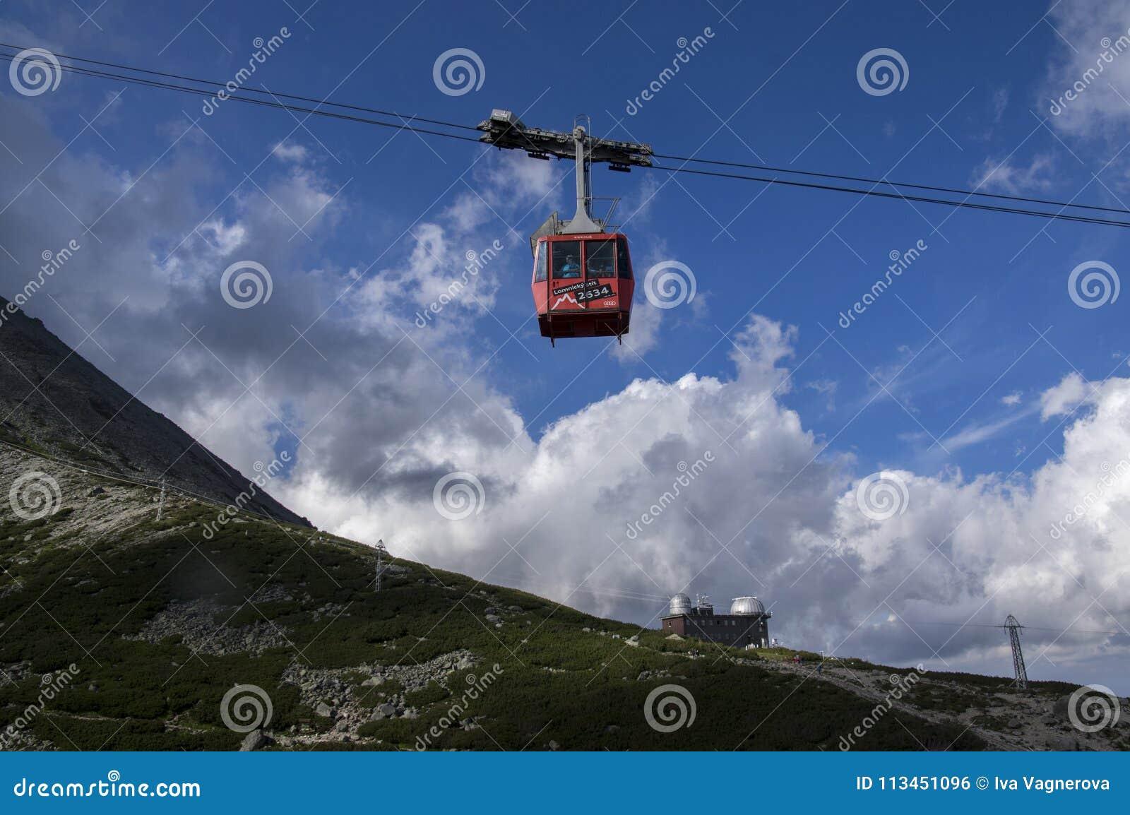Lomnicky stit, höga Tatra berg/SLOVAKIEN - Juli 6, 2017: Fantastisk flyg- elevator mycket av turister från den stationsSkalnate p
