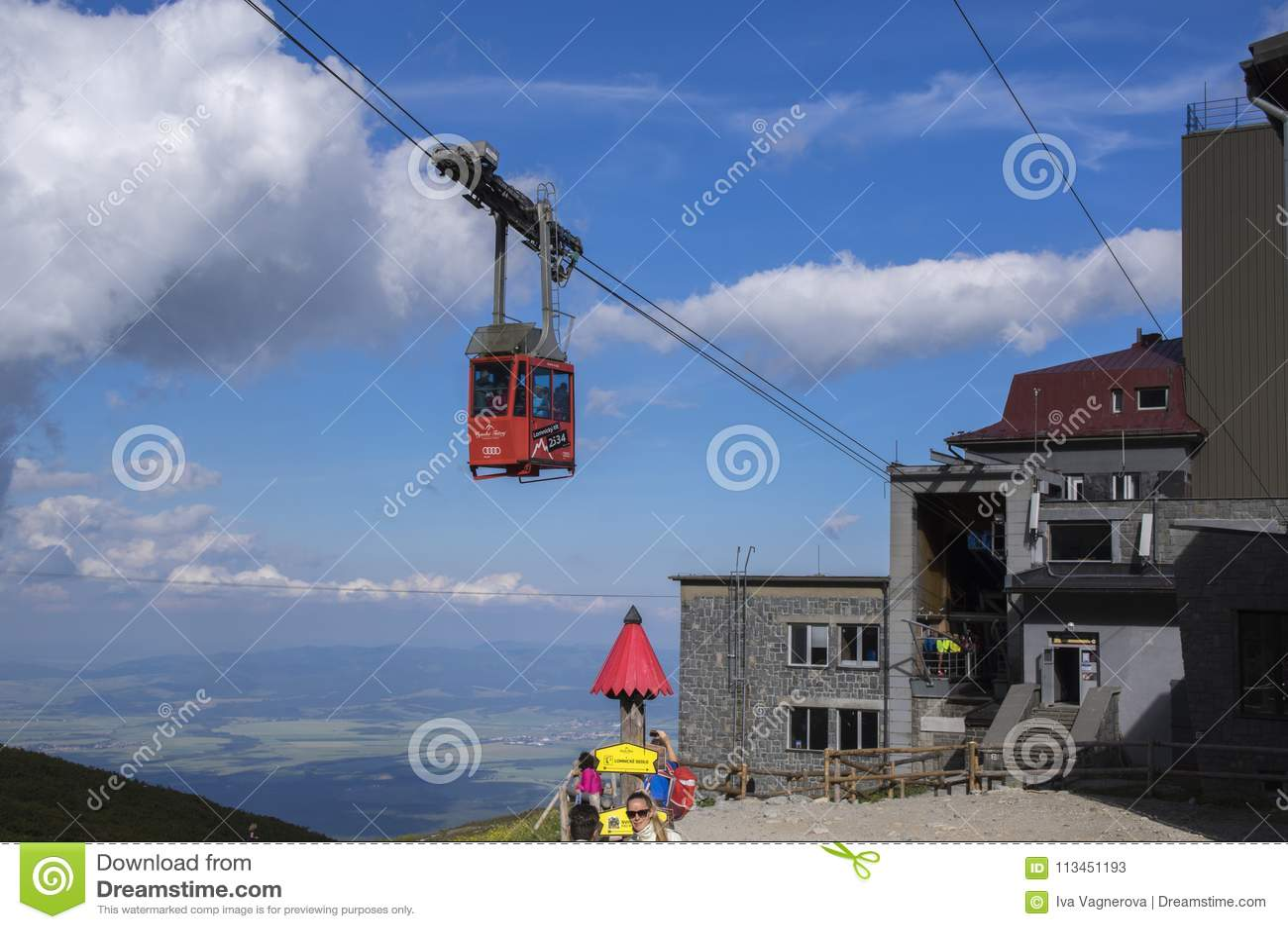 Lomnicky stit, Hoge Tatra-bergen/SLOWAKIJE - 6 Juli, 2017: Verbazend luchtlifthoogtepunt van toeristen van pleso van postskalnate
