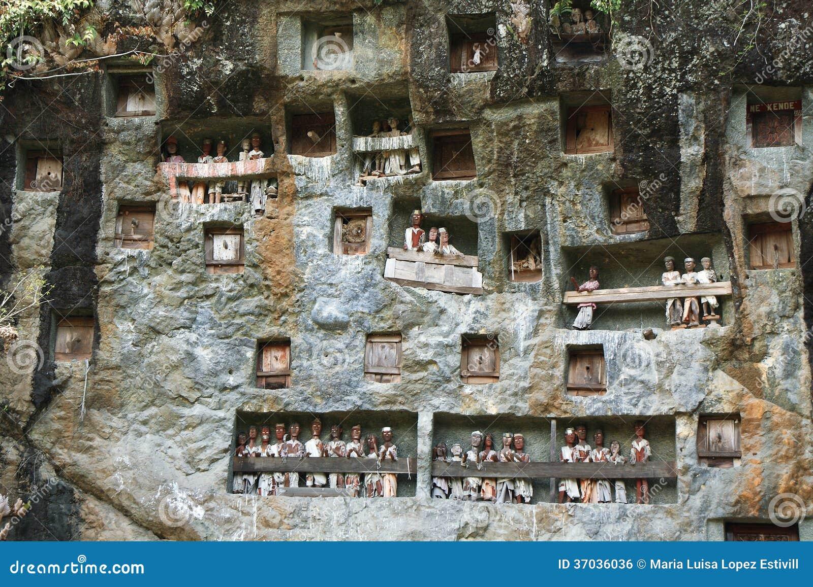 Londa,是一个非常广泛的埋葬洞在一张巨型的峭壁面孔的基地。