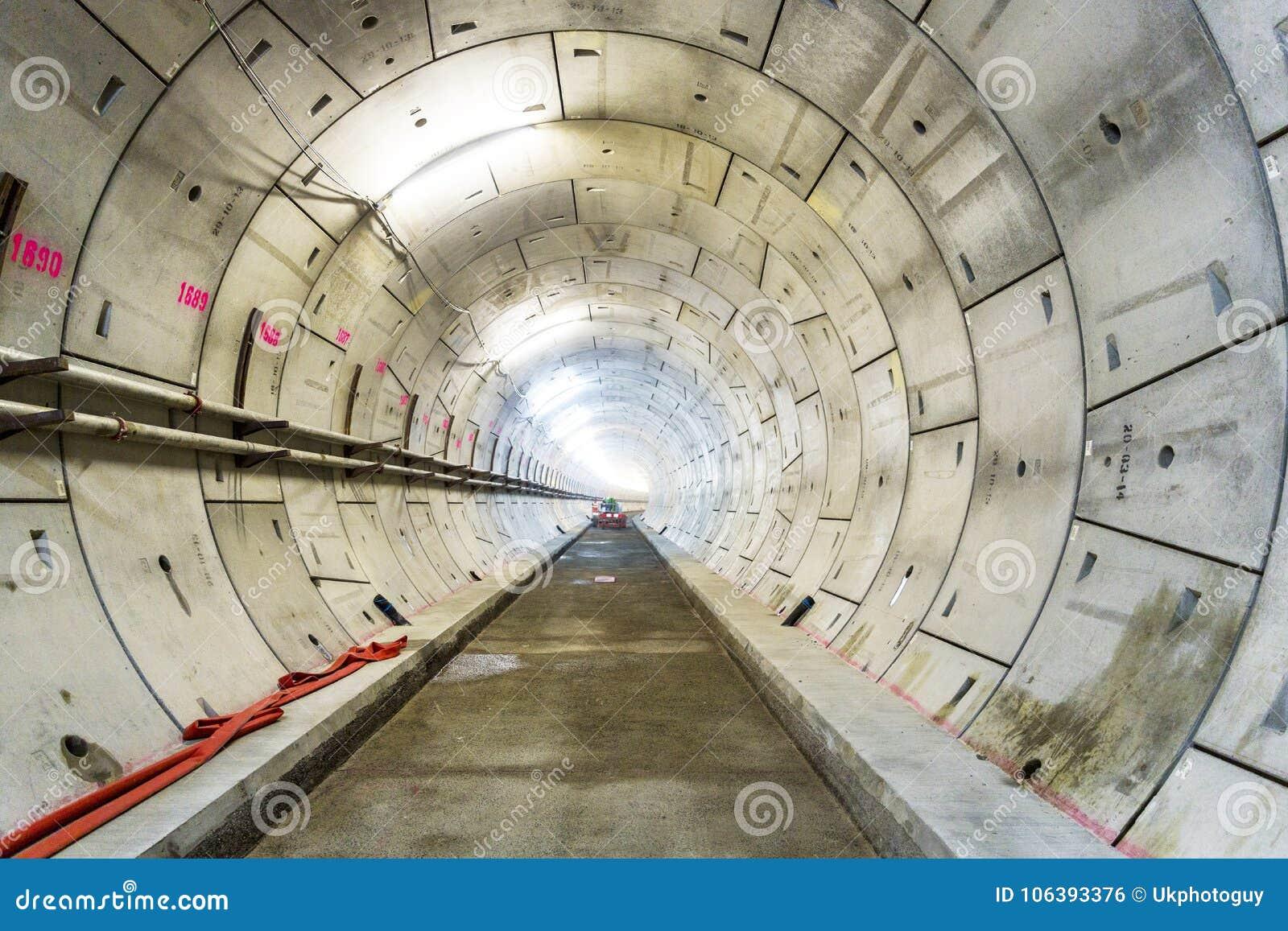 LONDEN, 10 APRIL 2015: Sectie van nieuwe spoortunnel, in aanbouw voor het Project van Londen Crossrail bij het Noorden Woolwich,