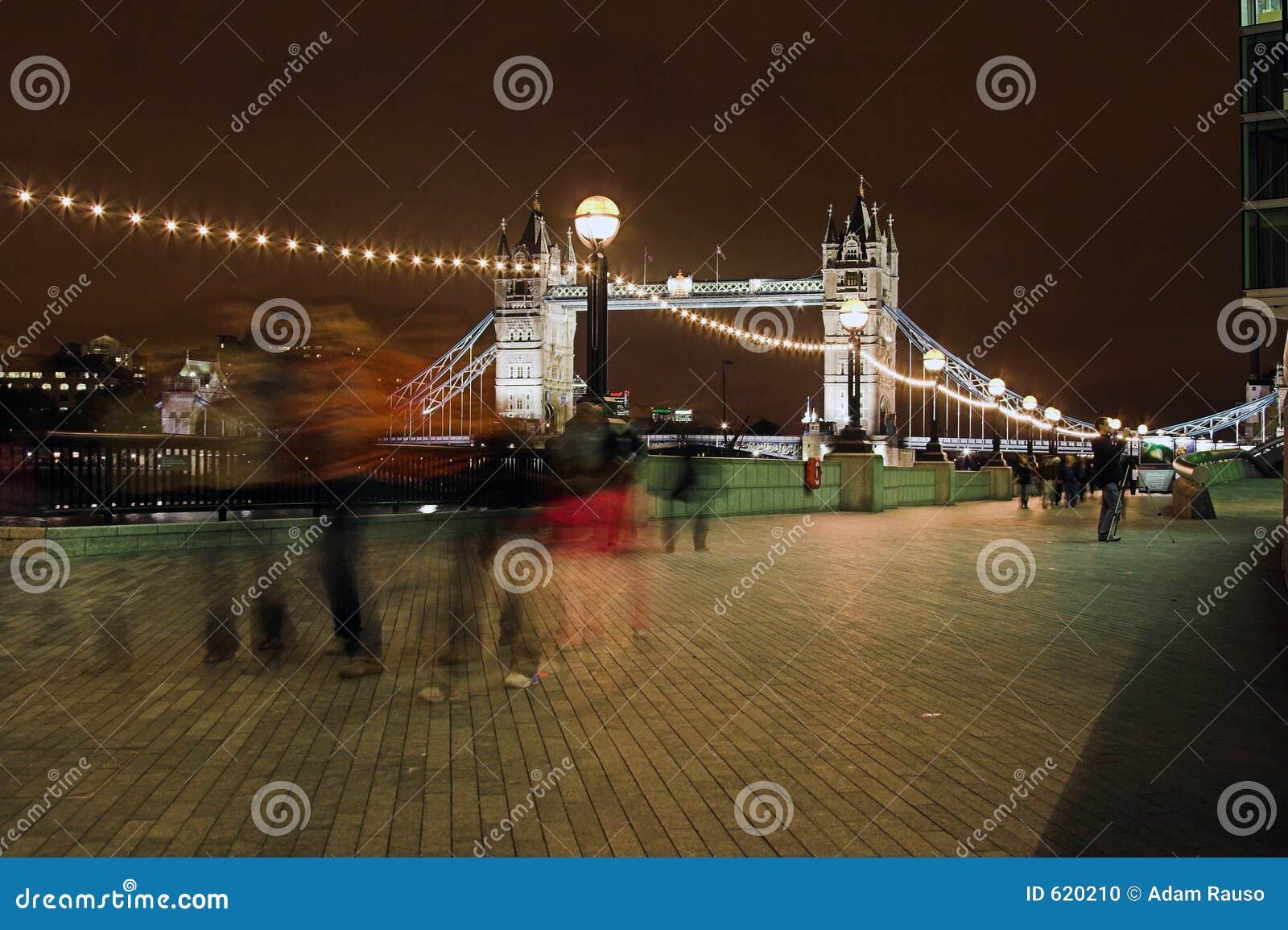 Londen bij nacht die (naar huis gaat)