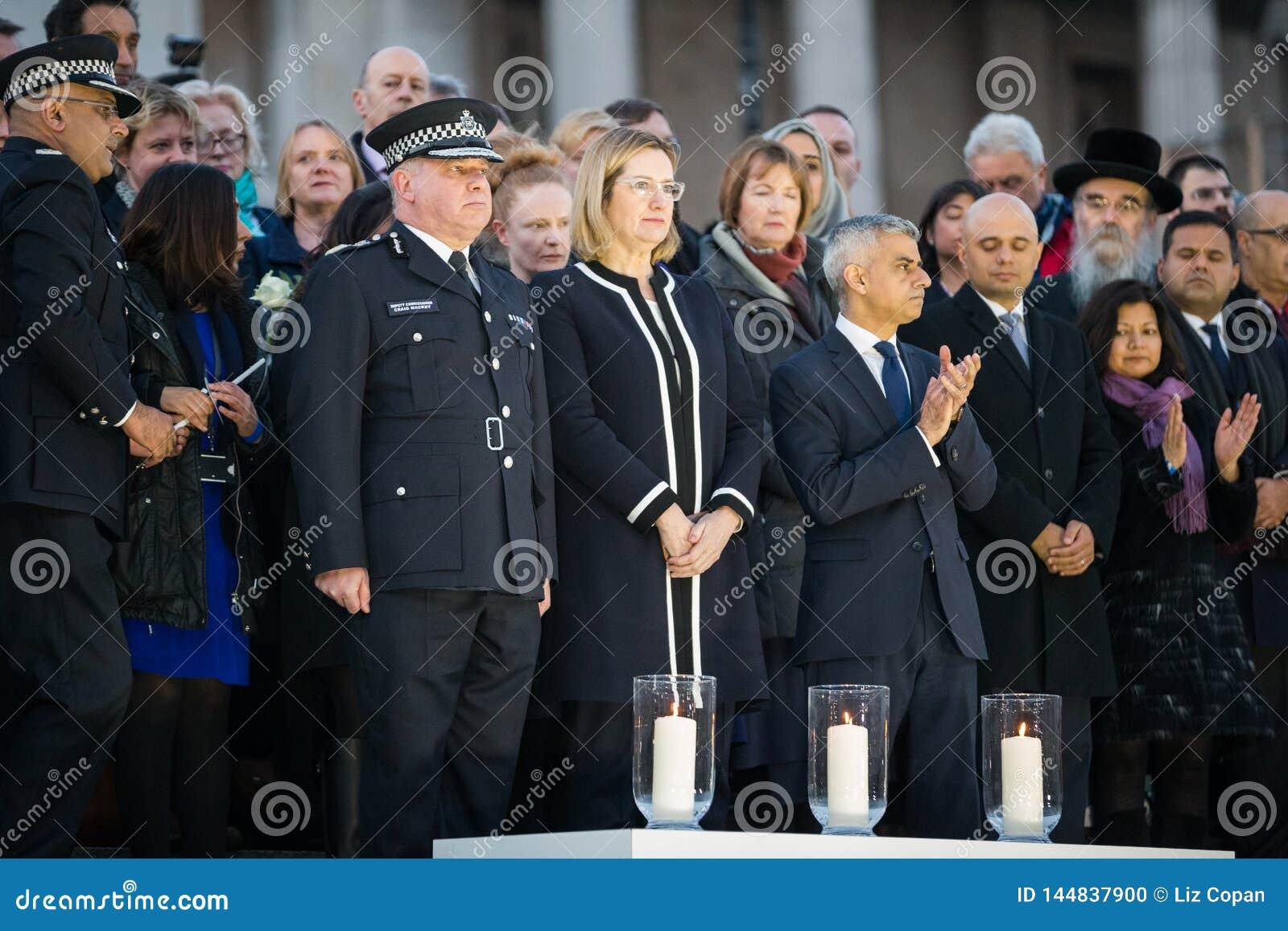 Londen Burgemeester Sadiq Khan en Ambtenaren die Kaarsen voor Wake aansteken