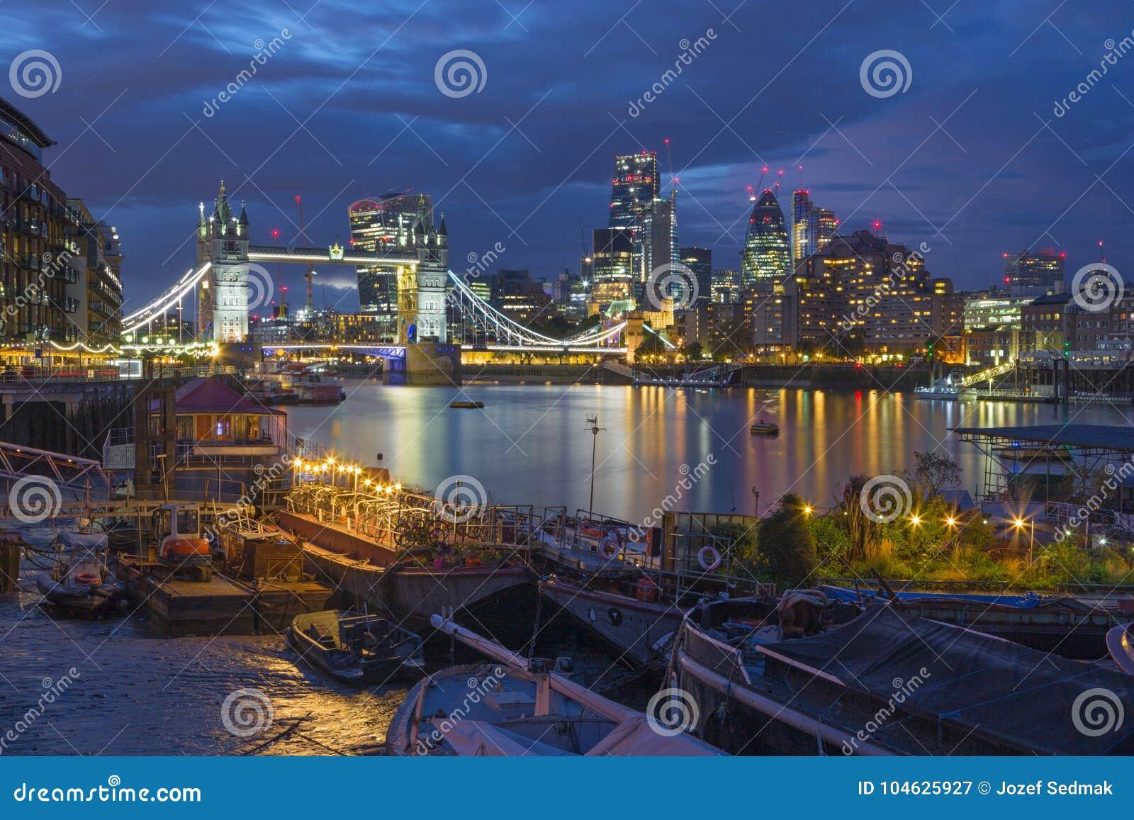 Download Londen - De De De Torenbruid, Schepen En Wolkenkrabbers In Avondschemer Stock Afbeelding - Afbeelding bestaande uit twilight, toren: 104625927