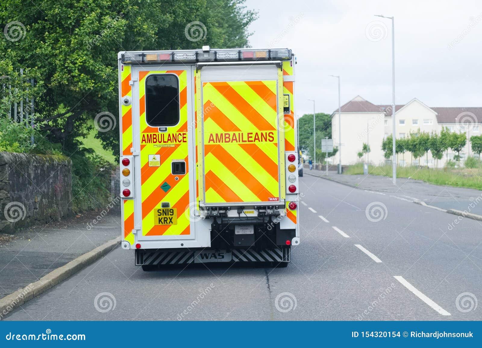 Londen, Engeland/het UK - 19 Juli 2019: NHS-Ziekenwagen veel gevraagde wegens besnoeiingen in hulpdiensten