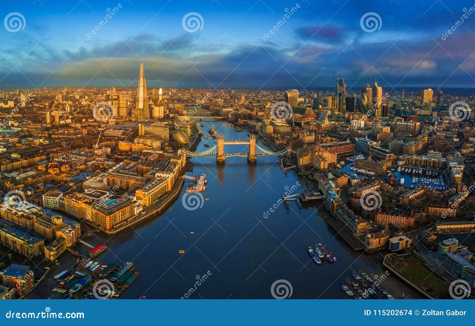 Londen, Engeland - Panoramische luchthorizonmening van Londen met inbegrip van iconische Torenbrug met rode dubbeldekkerbus