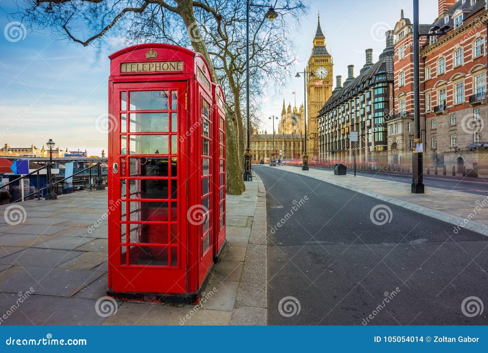 Londen, Engeland - Traditionele Oude Britse rode telefooncel in Victoria Embankment met Big Ben