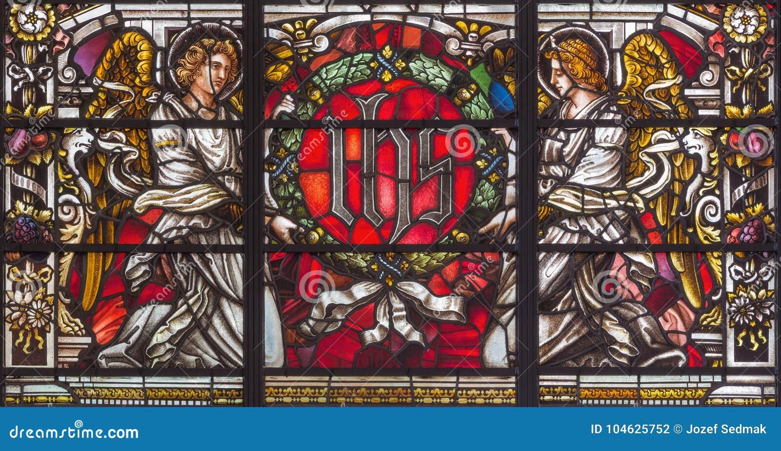 Download LONDEN, GROOT-BRITTANNIË - SEPTEMBER 14, 2017: De Engelen Met De ZIJN Initialen Op Het Gebrandschilderde Glas In Kerk St Vedast A Stock Foto - Afbeelding bestaande uit mozaïek, symbool: 104625752