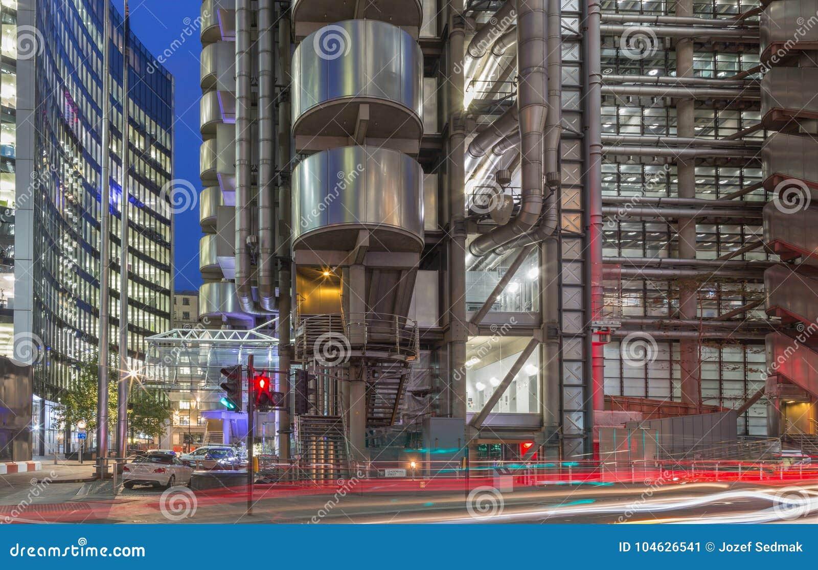 Download LONDEN, GROOT-BRITTANNIË - SEPTEMBER 18, 2017: De Torens Van Willis-de Bouw En Lloyd ` S De Bouw Bij Schemer Stock Afbeelding - Afbeelding bestaande uit building, wolkenkrabbers: 104626541