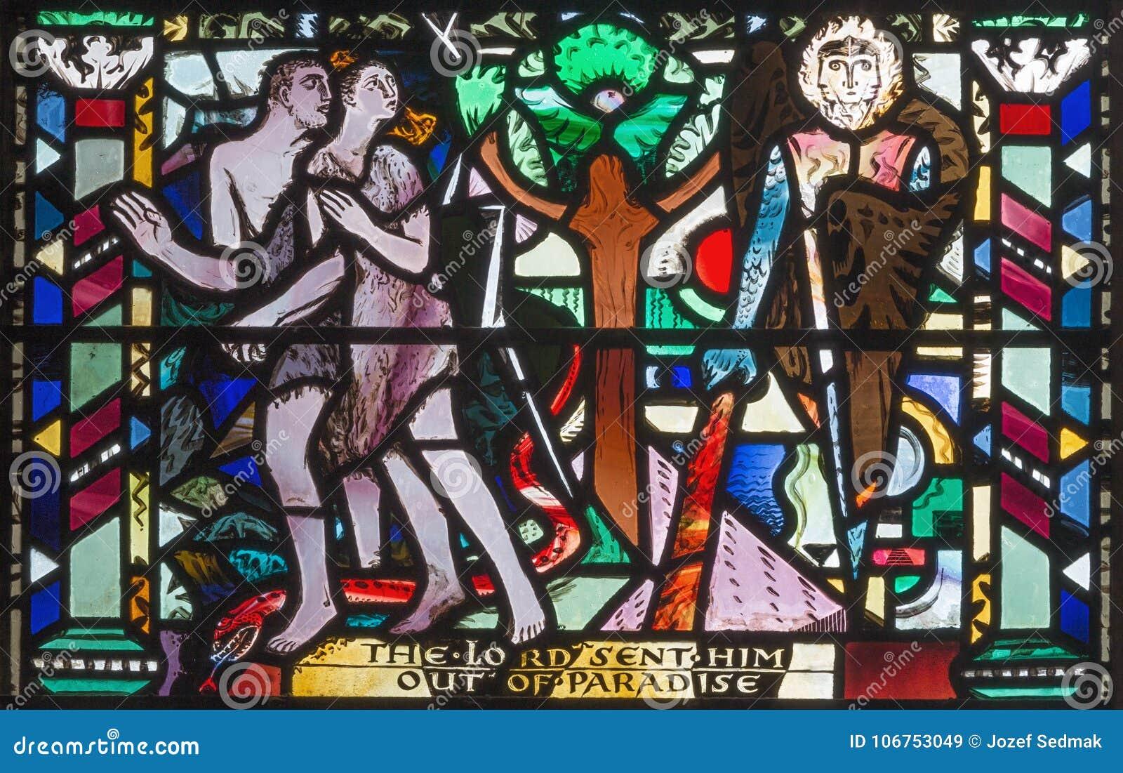 LONDEN, GROOT-BRITTANNIË - SEPTEMBER 16, 2017: De Uitwijzing van Adam en Vooravond van Paradijs op het gebrandschilderde glas in