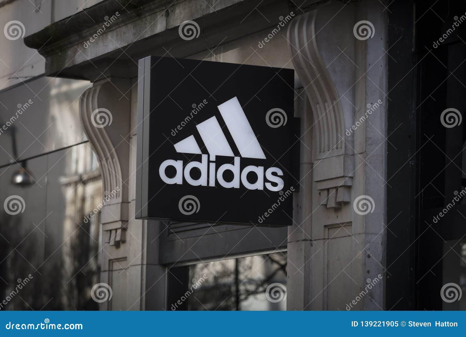 Londen, Groot Londen, het Verenigd Koninkrijk, 7 Februari 2018, a-teken en embleem voor adidas
