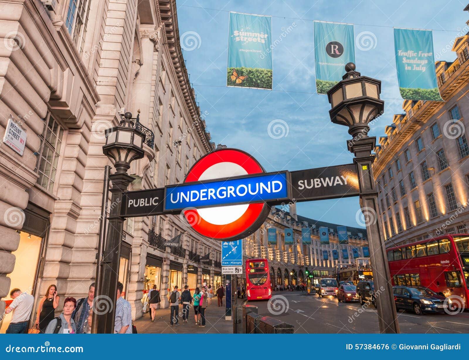 LONDEN, HET UK - 3 JULI, 2015: De straat van het Piccadillycircus ondergronds