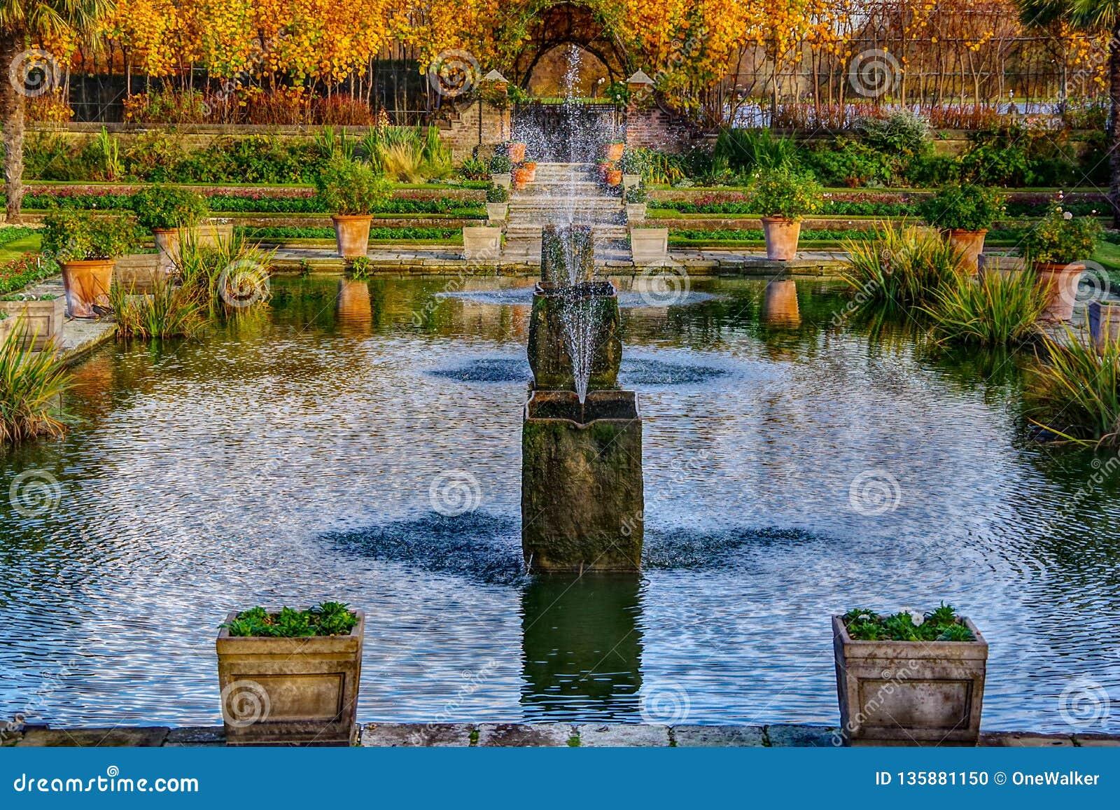 Londen, het Verenigd Koninkrijk - 13 Nov., 2018 - sluit omhoog mening van waterfontein in de mooie Gedaalde Tuin
