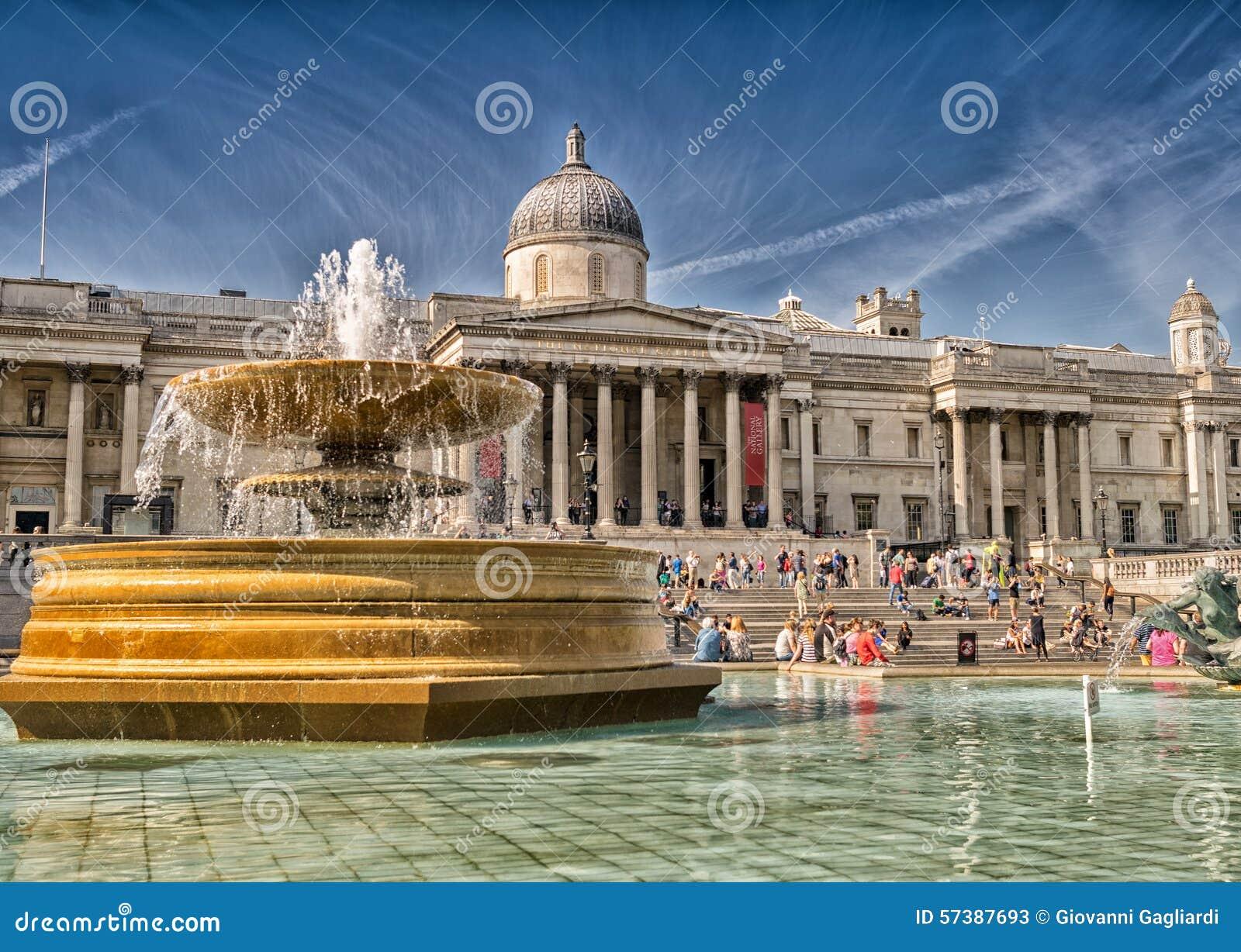 LONDEN - JUNI 29, 2015: De toeristen genieten van Trafalgar Square Londen