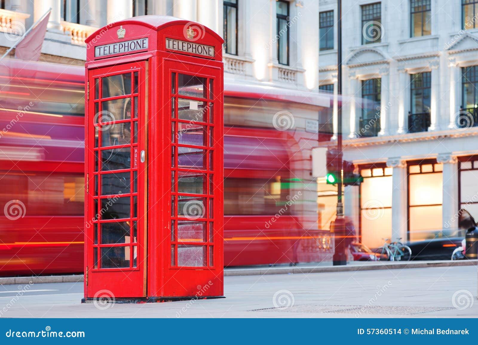 London Великобритания Красная переговорная будка и красный проходить шины Символы Англии