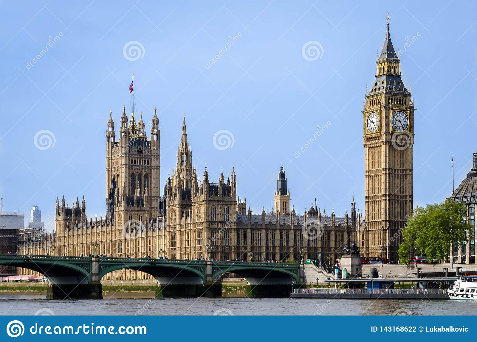London city / England: Big Ben and Parliament building looking across river Thames