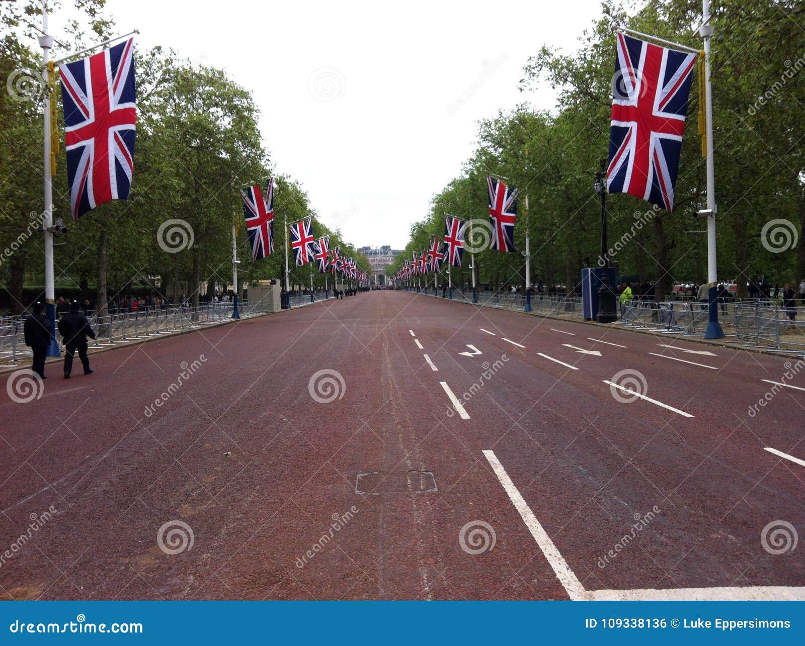 London diamantjubileum som tas från mitt av vägen med många brittiska flaggor