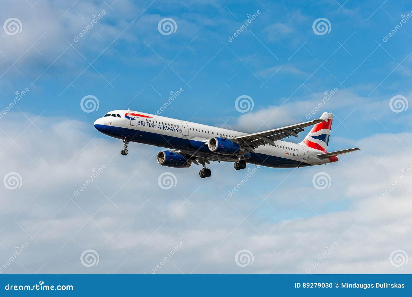 LONDON ENGLAND - AUGUSTI 22, 2016: Landning för flygbuss A321 för G-EUXJ British Airways i den Heathrow flygplatsen, London