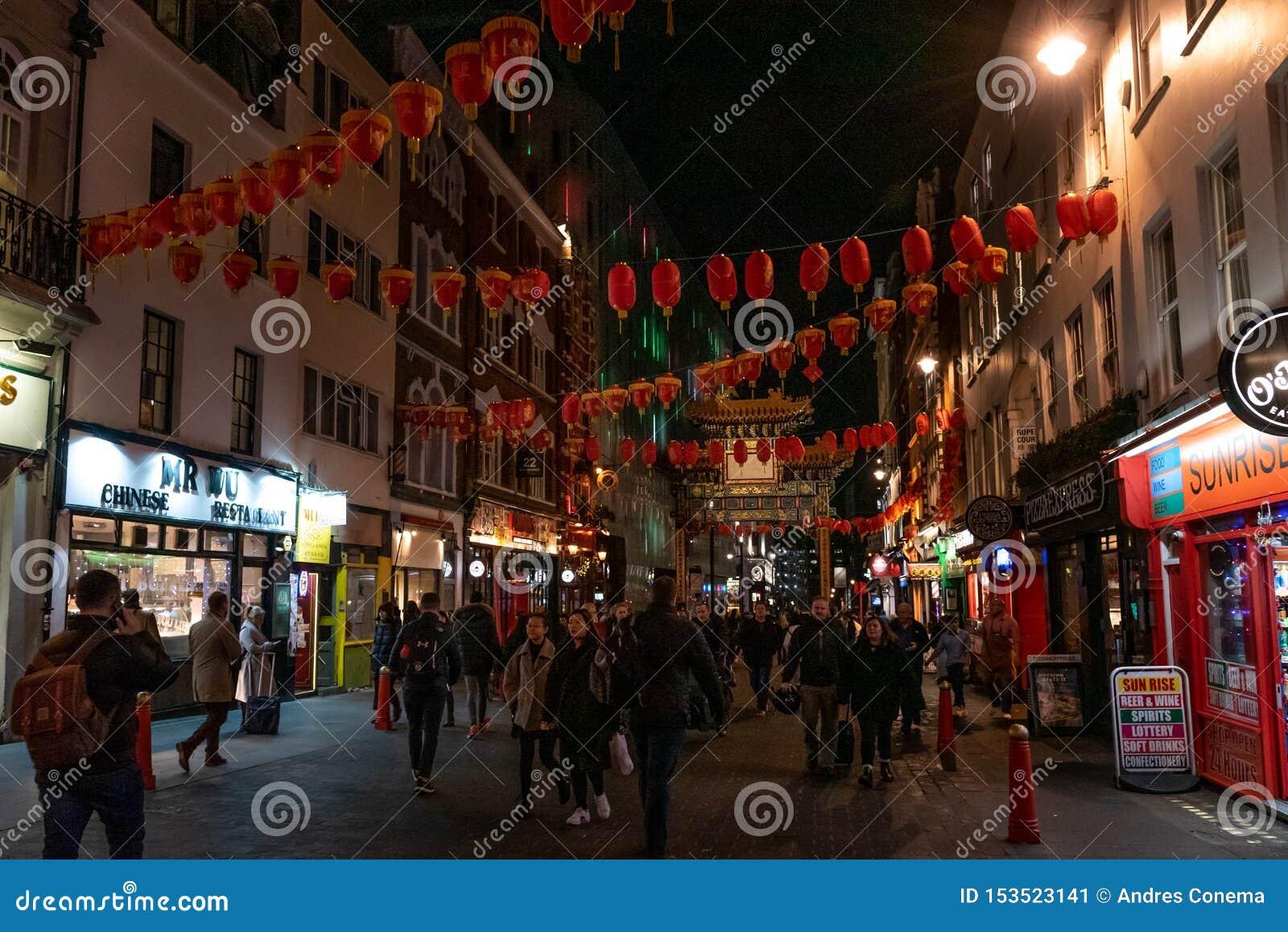 LONDON ENGLAND, DECEMBER 10th, 2018: Folk som går i den Kina staden som in dekoreras av kinesiska lyktor under jul och nytt år