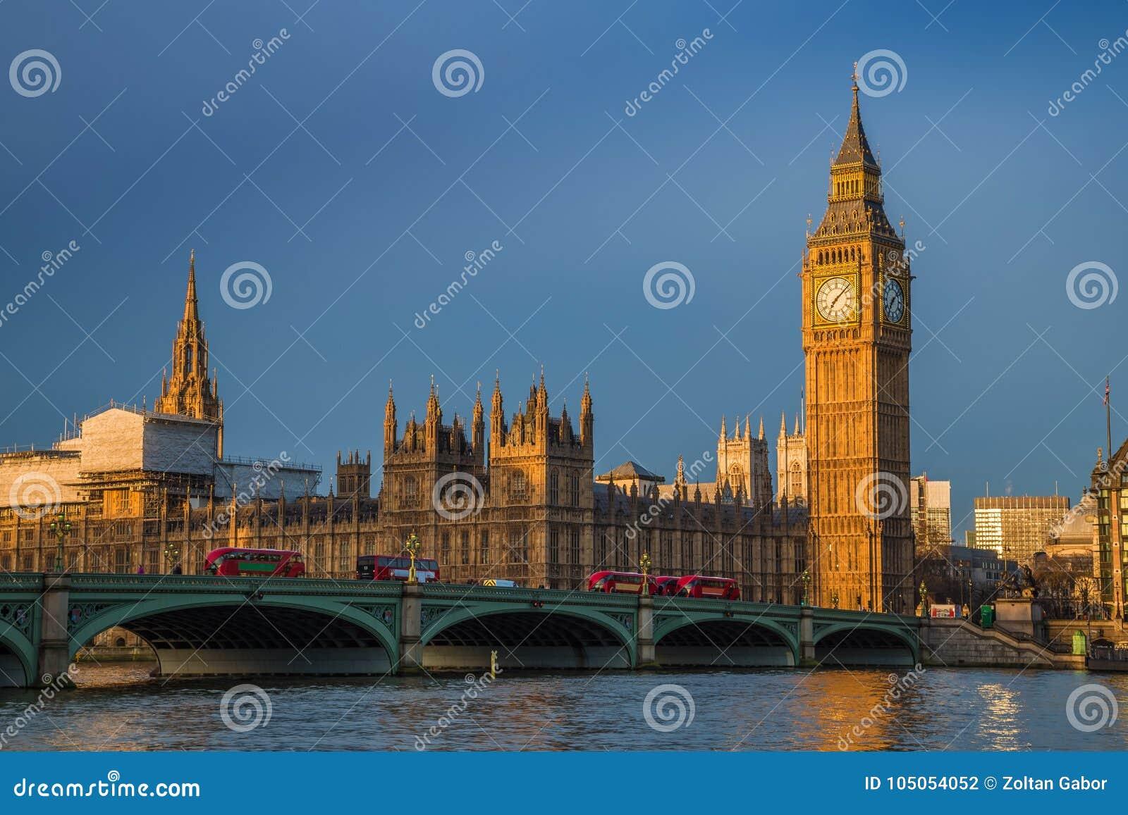 London England - guld- timme tidigt på morgonen på Big Ben, hus av parlamentet