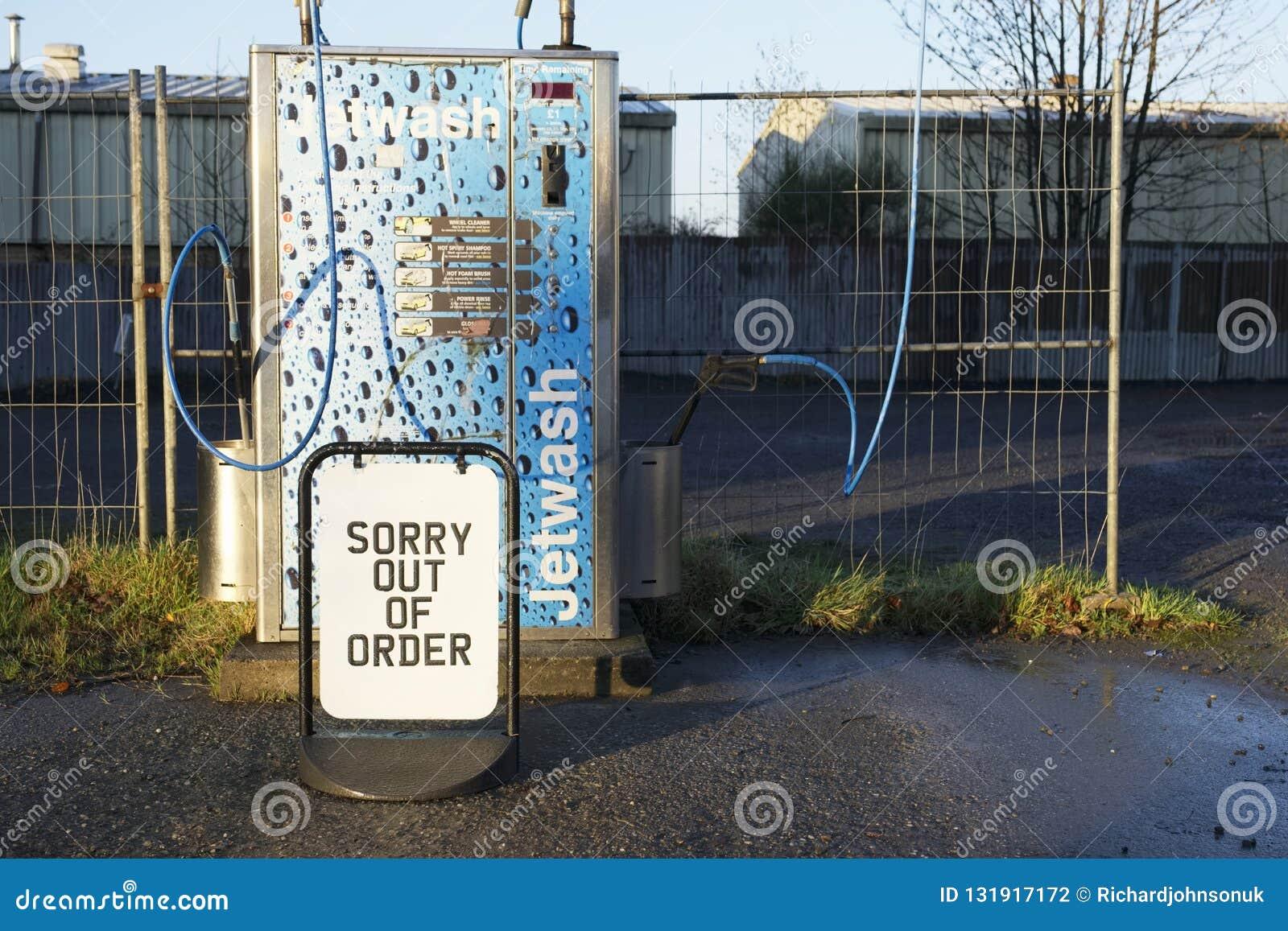 London/England - November 16th 2018: Ledset ut ur beställningstecken på bensinstationstrålen tvätta sig