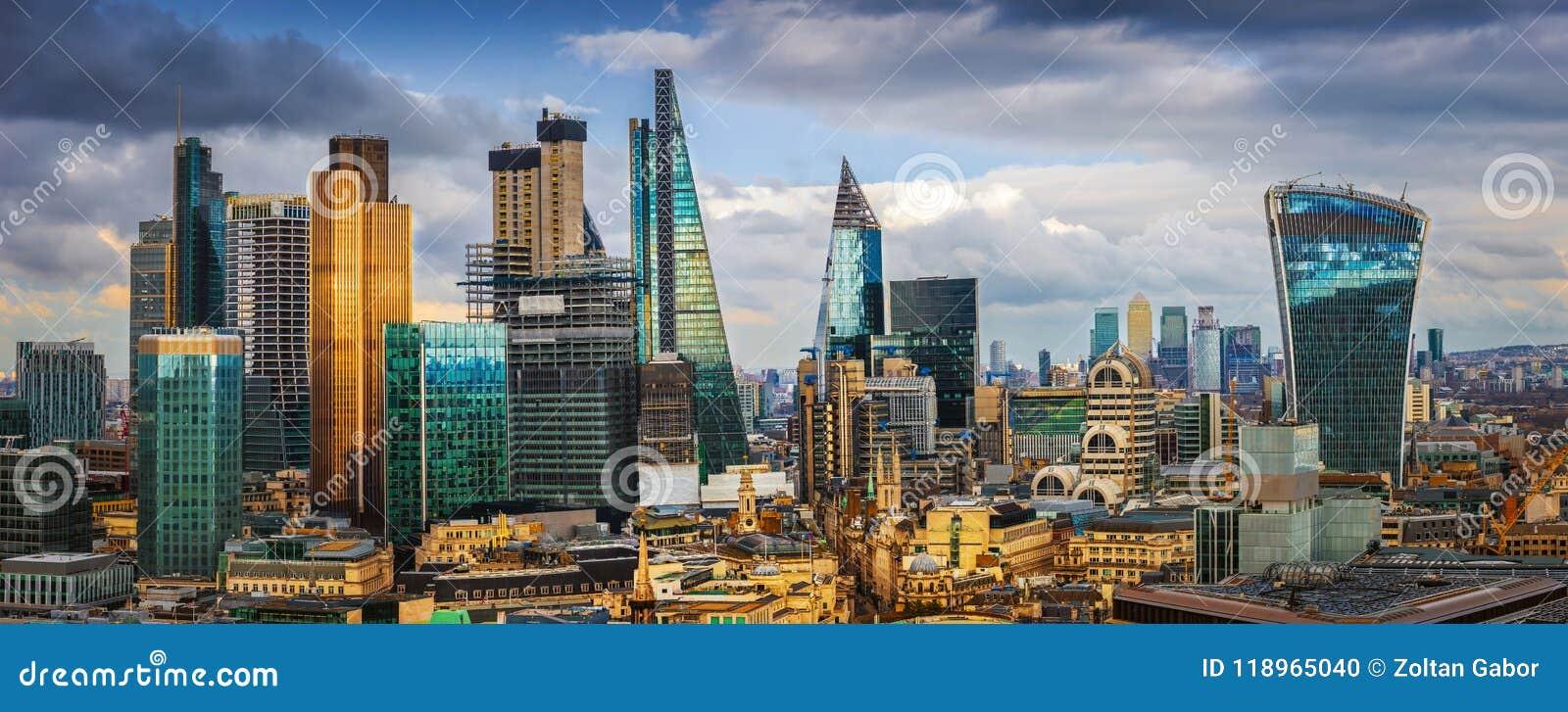 London, England - panorama- horisontsikt av banken och Canary Wharf, central London ` s som leder finansiella områden