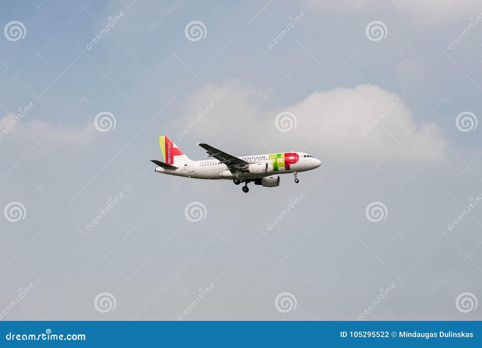 LONDON ENGLAND - SEPTEMBER 27, 2017: KNACKA LÄTT PÅ landning för den Air Portugal flygbolagflygbussen A319 CS-TTC i den London He