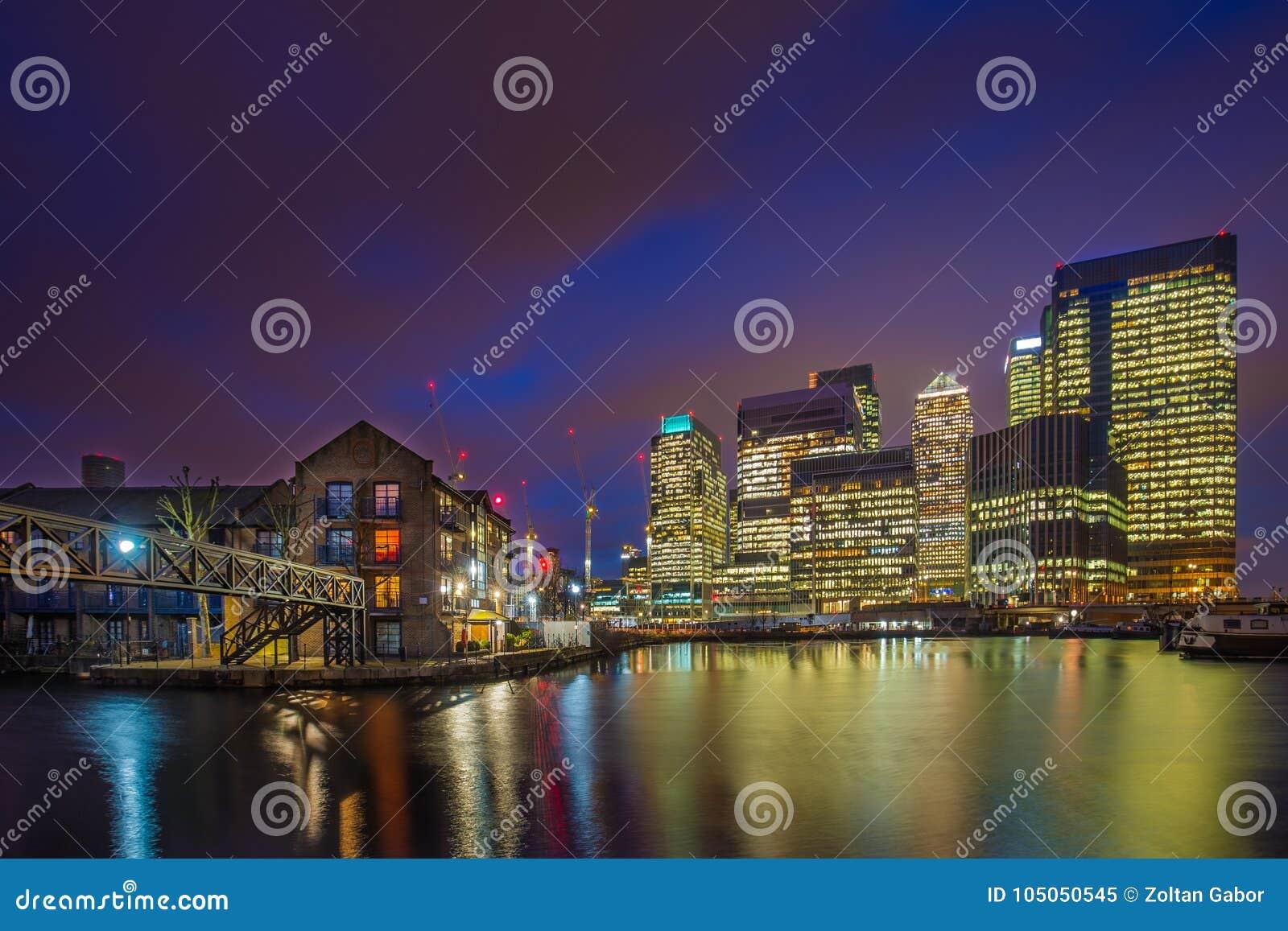 London England - skyskraporna av Canary Wharf det finansiella området och bostads- byggnader