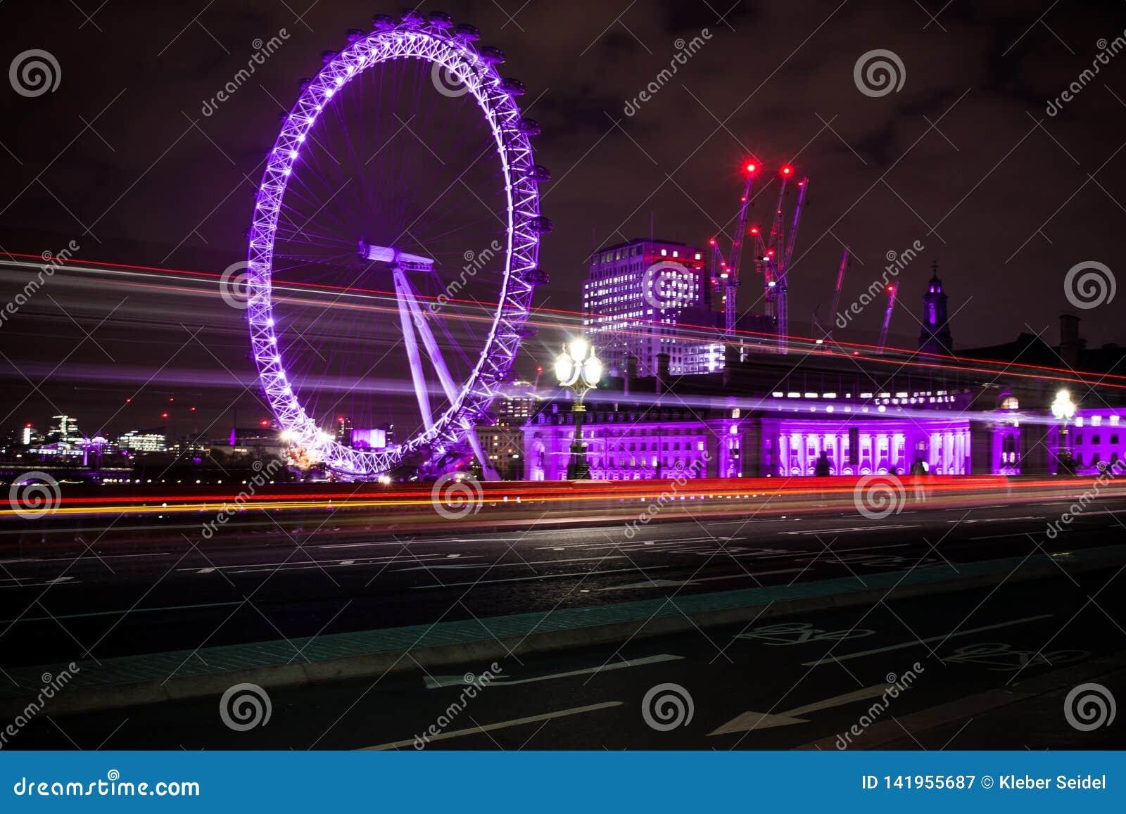 London Eye colorido na noite