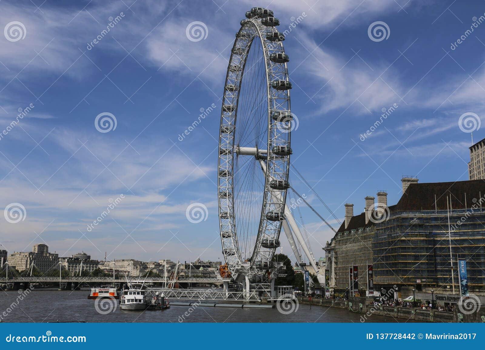 London Eye Ferris koło na Południowym banku Rzeczny Thames w Londyn, Anglia