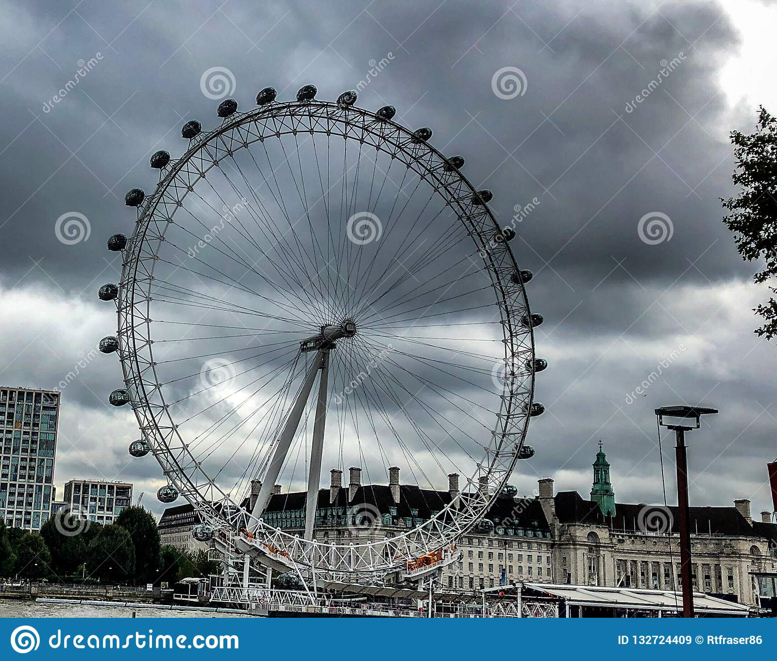 London Eye mit bewölktem Hintergrund oben betrachten