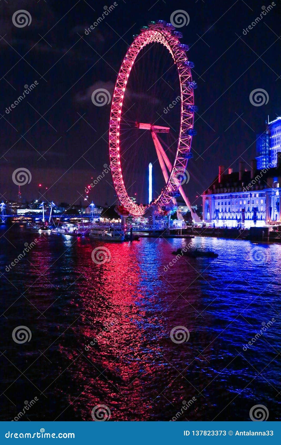 London Eye na noite com reflexão da água