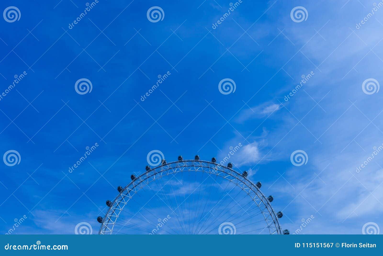 LONDON FÖRENADE KUNGARIKET - AUGUSTI 28, 2017 - dela upp sikten av det London ögat, jätte- pariserhjul på den södra banken av flo