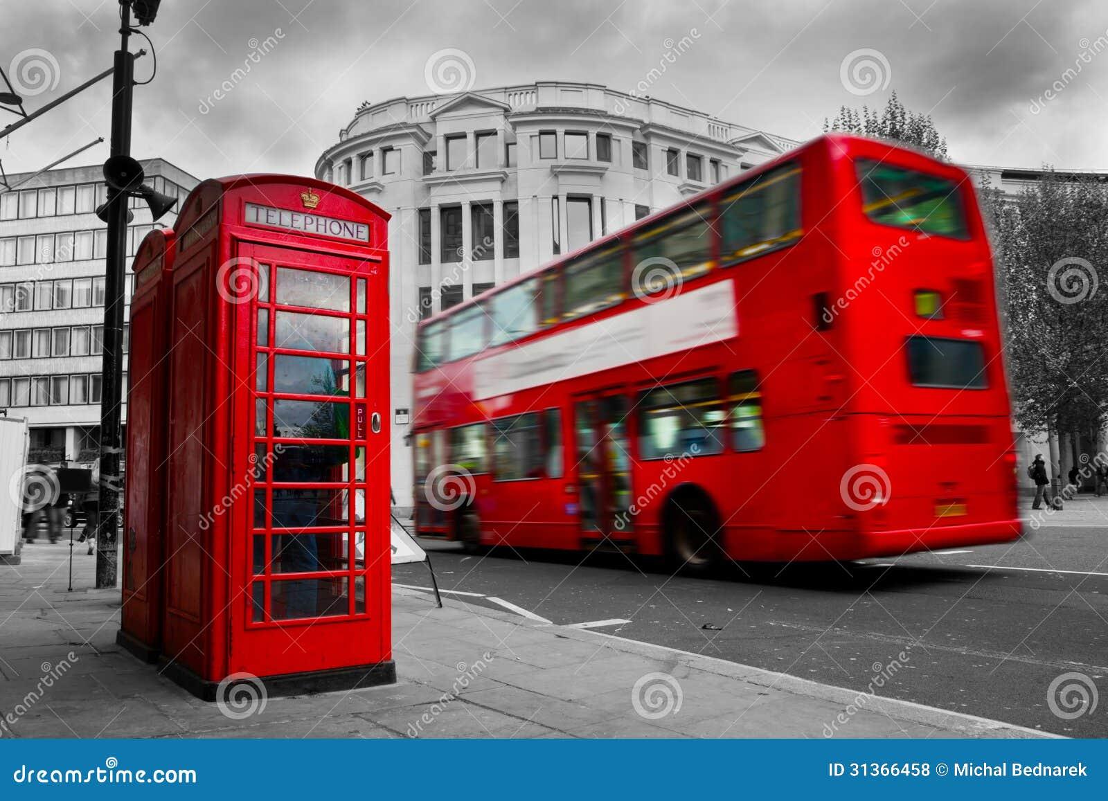 London, Großbritannien. Rote Telefonzelle und roter Bus