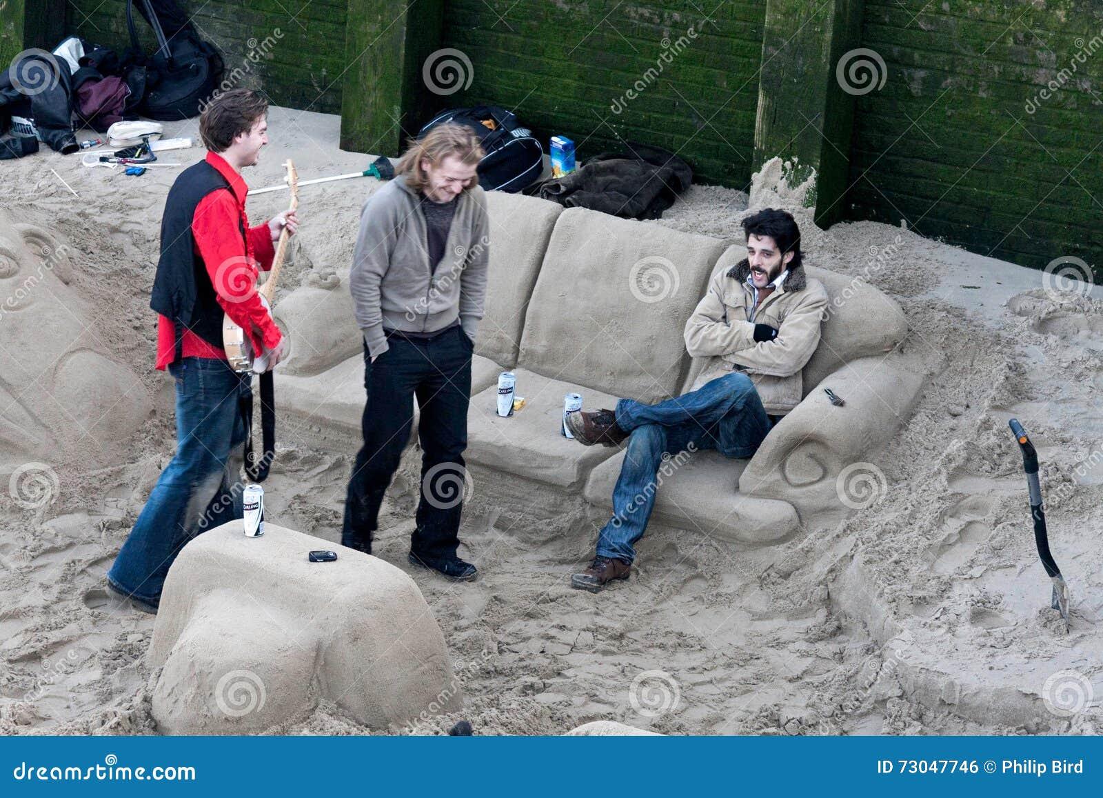LONDON - JANUAR: Kühlen in einem Sandaufenthaltsraum durch die Themse