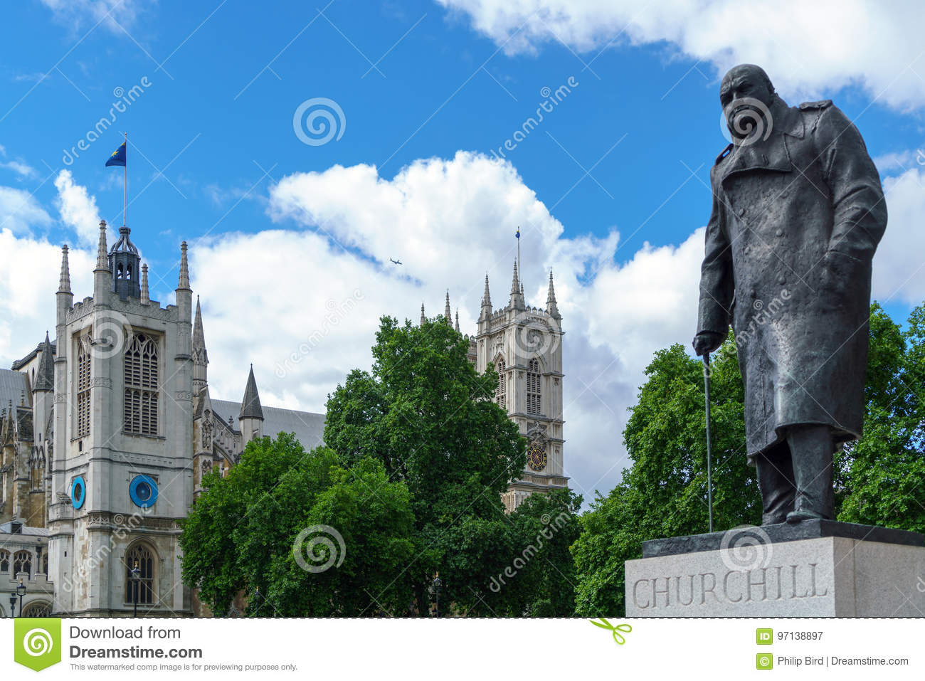 LONDON - 30. JULI: Statue von Winston Churchill in London im Juli