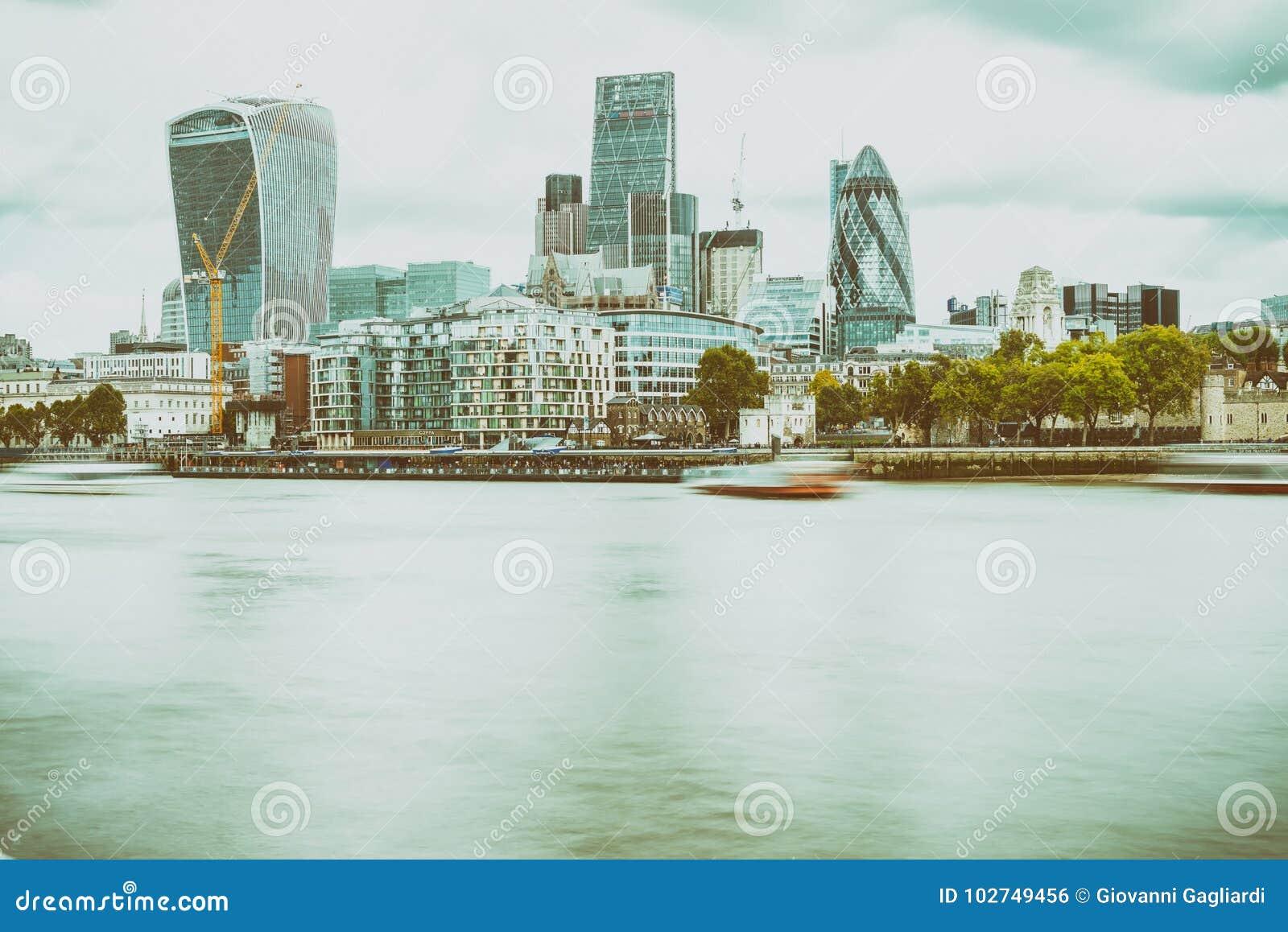 LONDON - 25. SEPTEMBER 2016: Moderne Stadtskyline entlang Themse-ri