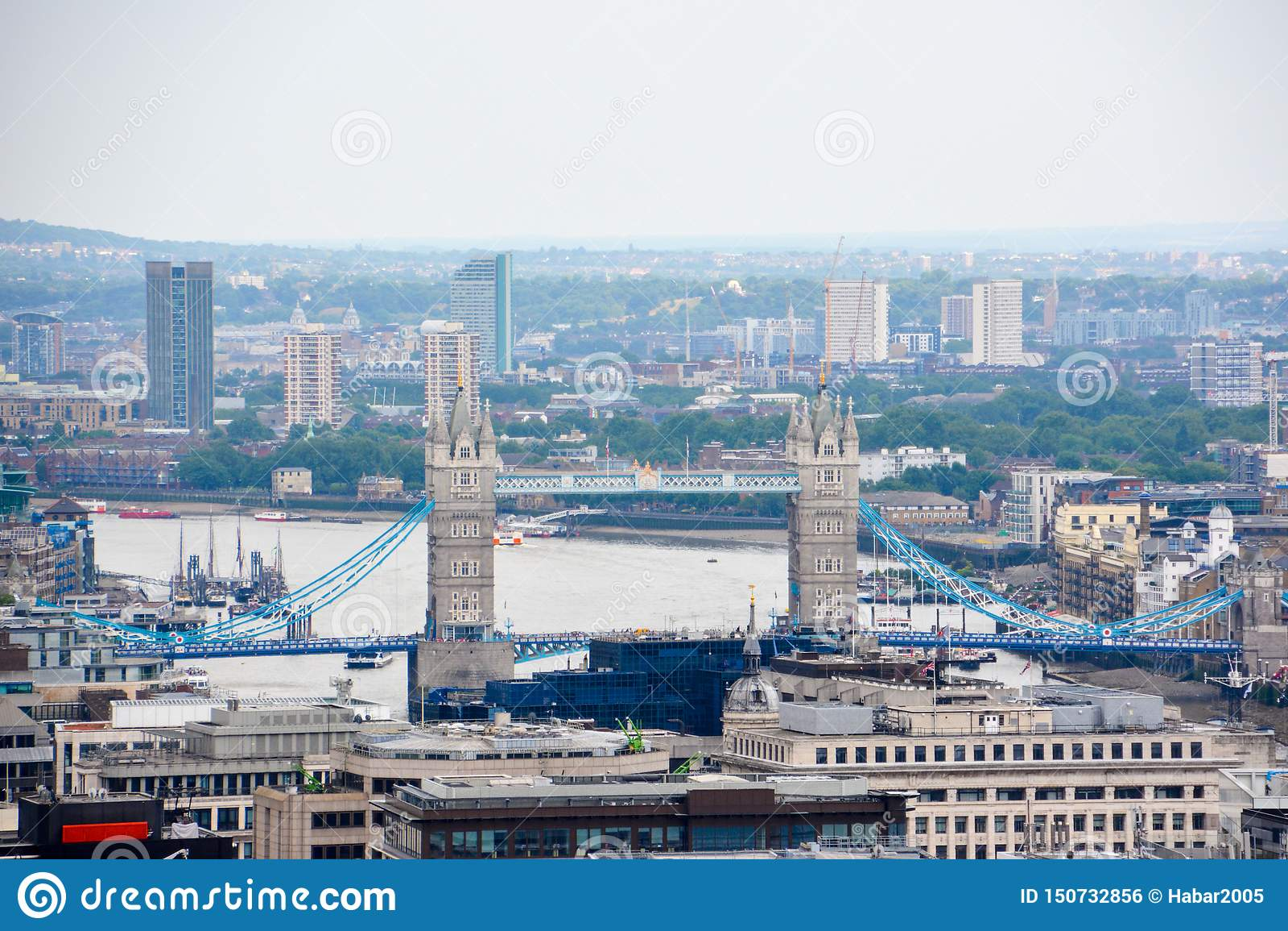 London sikt med tornbron in på en molnig dag
