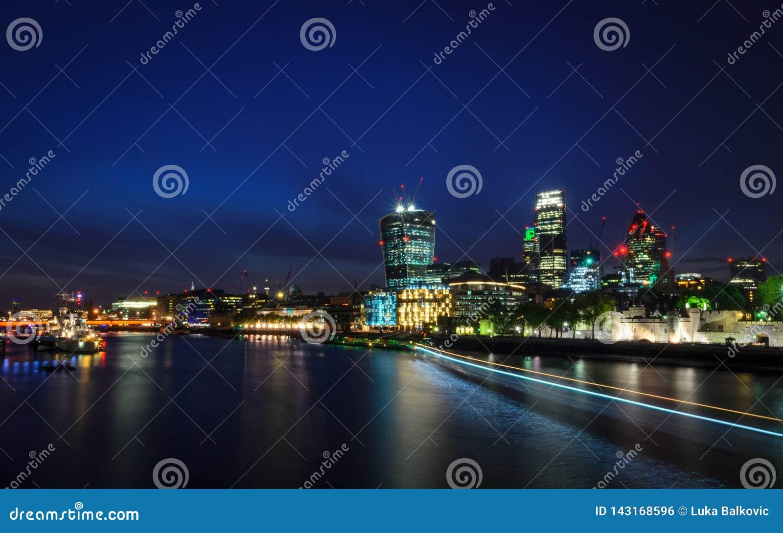 London-Stadt/England: Ansicht über Skyline und die Themse während der Dämmerung von der Turm-Brücke