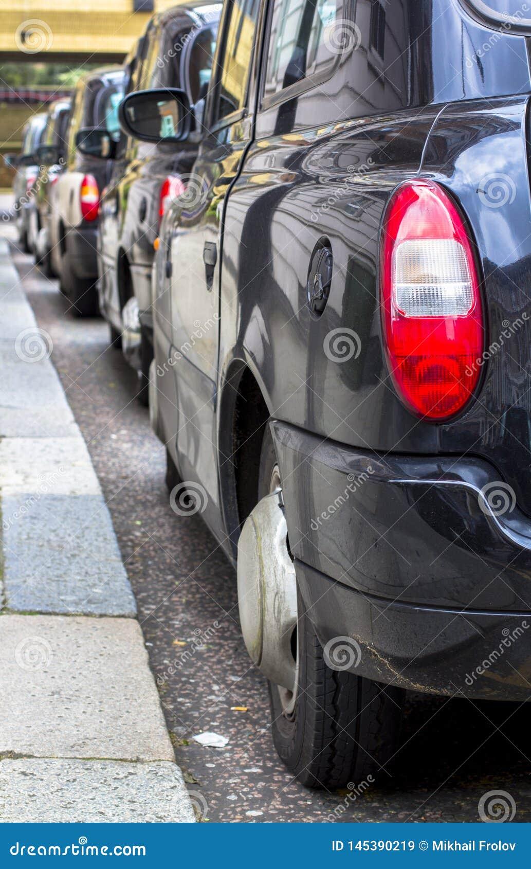 London Storbritannien April 12, 2019 Kensington gata Taxiparkering Den London taxin betraktas den b?sta taxien i