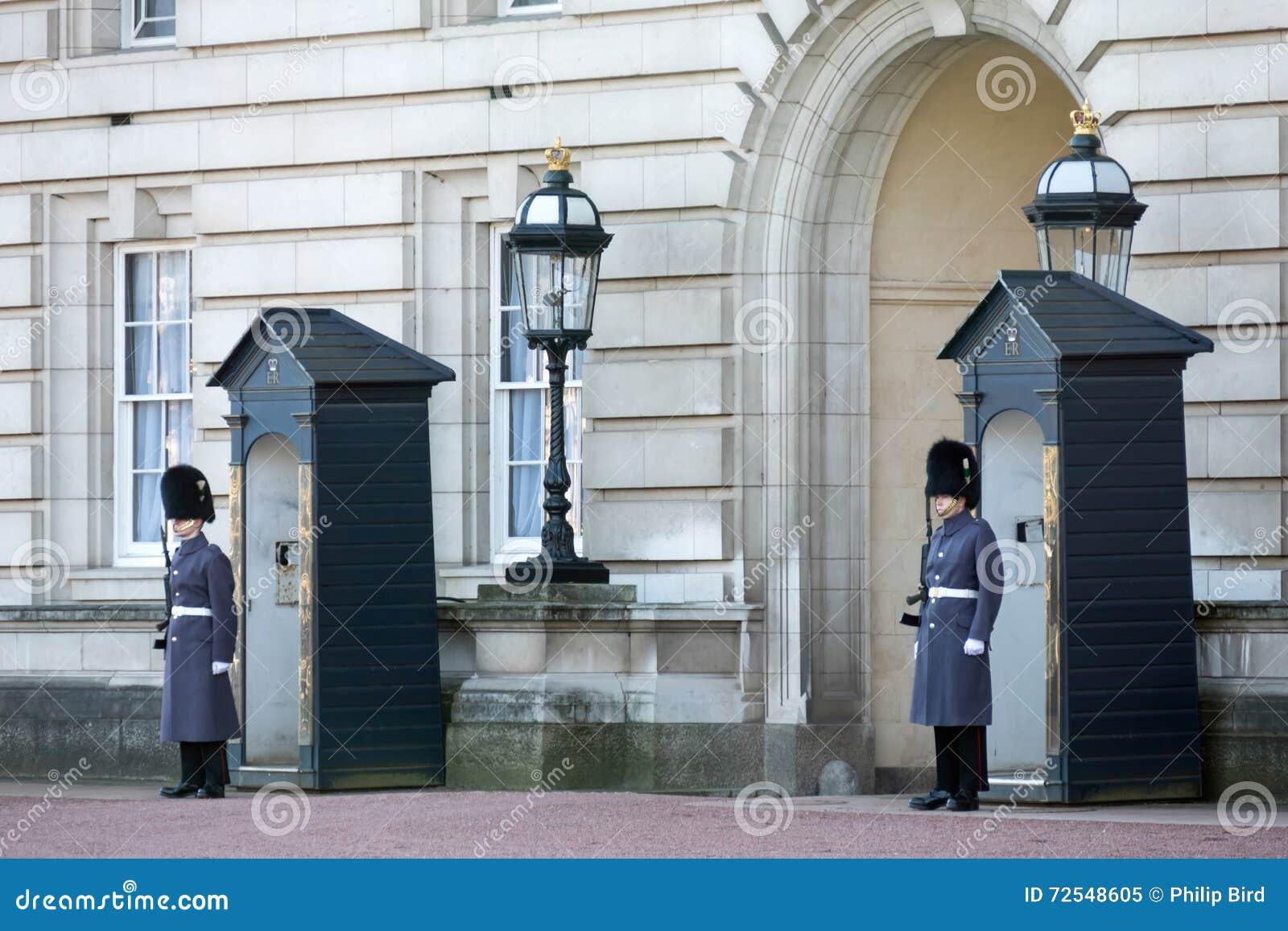size 40 ab5d3 11ece LONDON/UK - 18 FEBBRAIO: Guardie In Cappotti Pesanti Sul ...