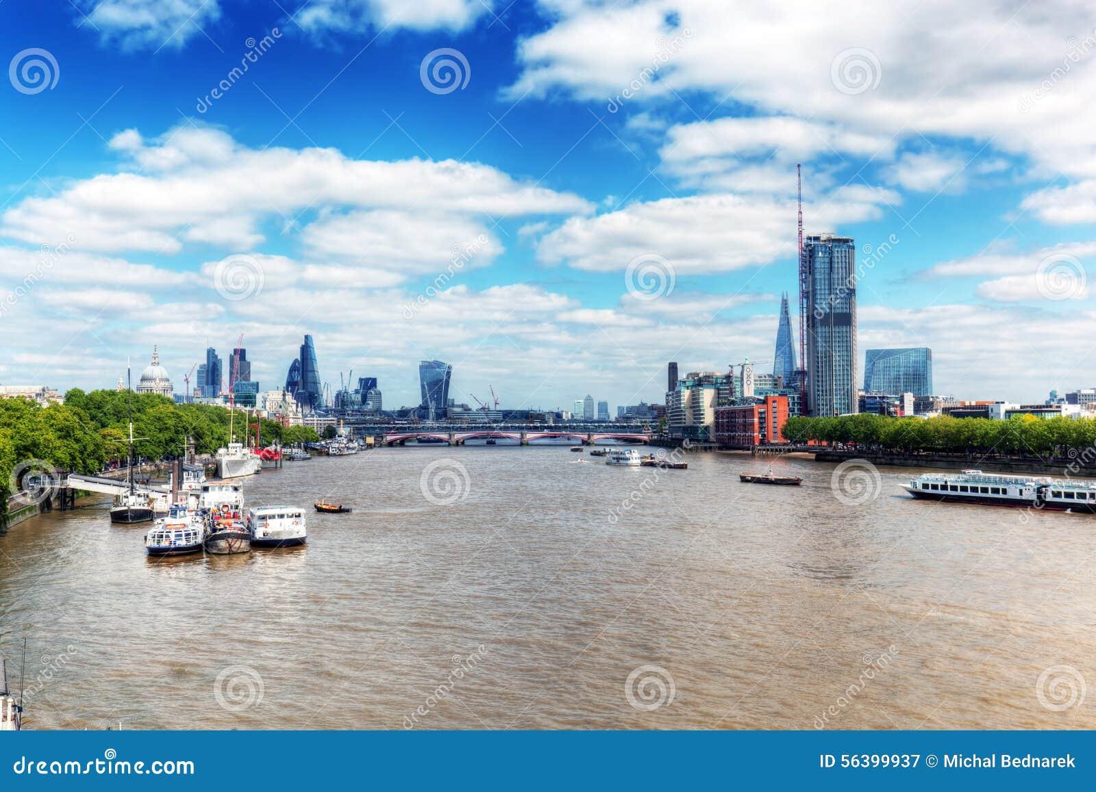 London uk Sikt på flodThemsen och Sts Paul domkyrka, staden