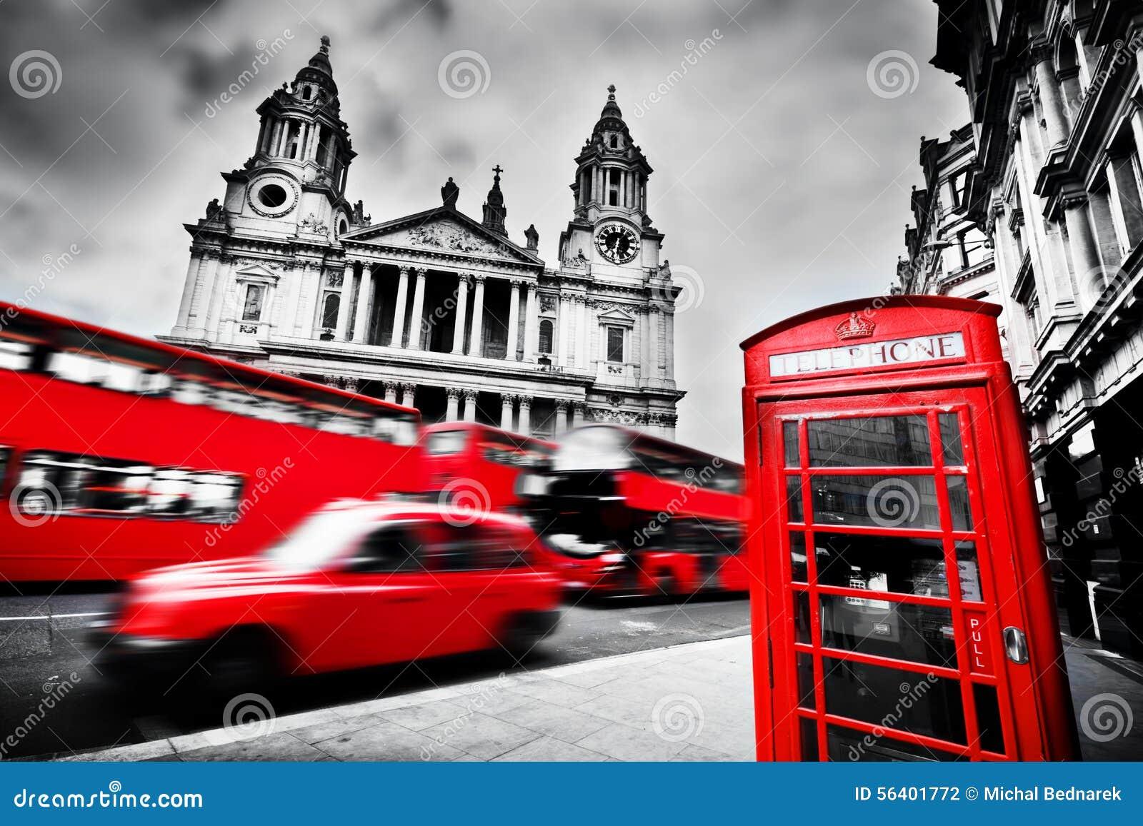 London UK Sts Paul domkyrka, röd buss, taxitaxi och rött telefonbås