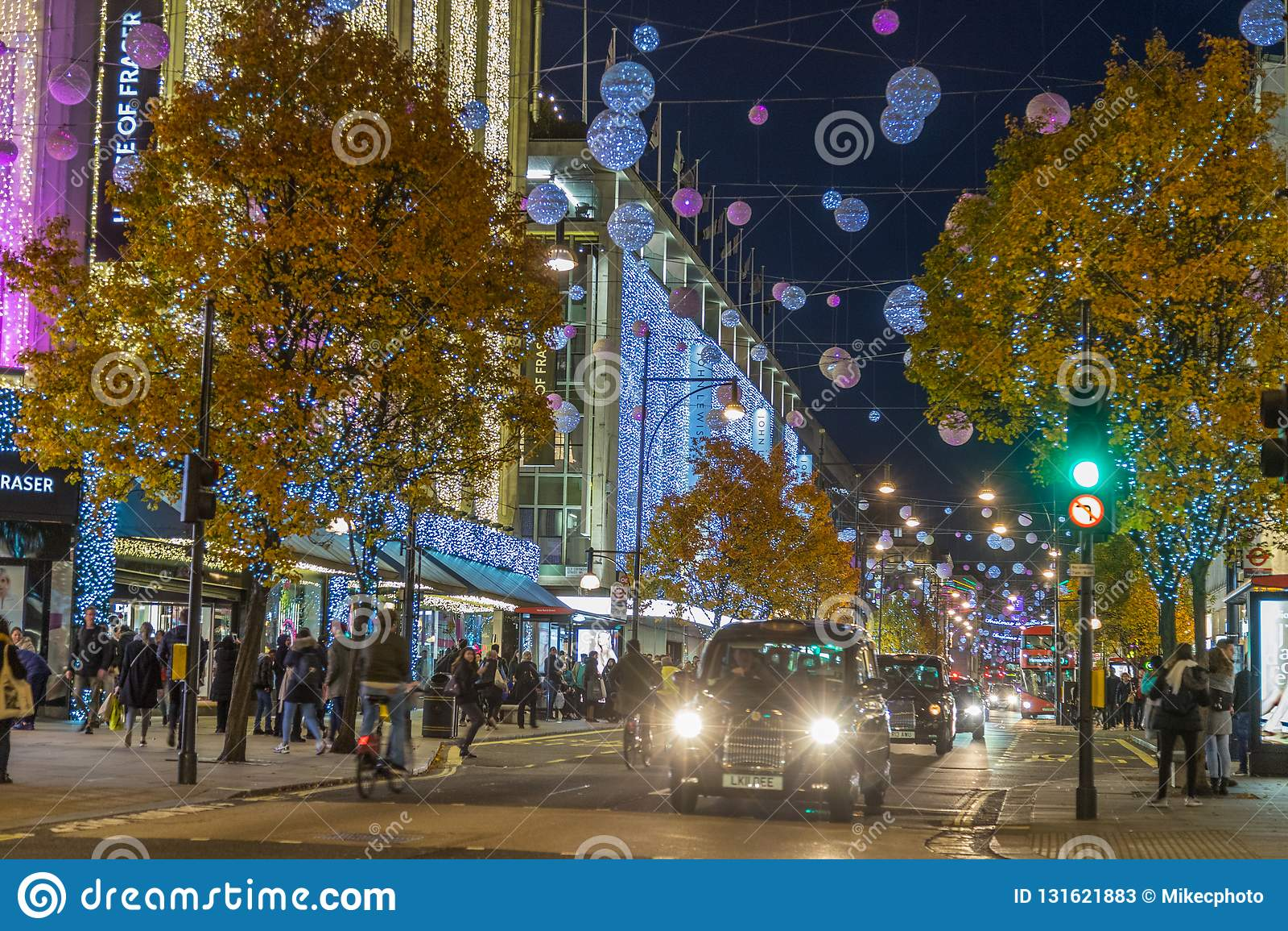 LONDON UK - 11TH NOVEMBER 2018: Sikter längs Oxford Street med färgglat julpynt och ljus Massor av folk och a